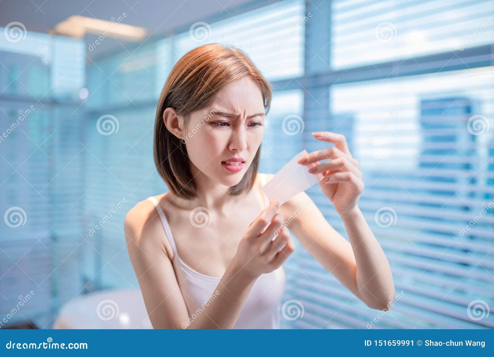 Papel secante del aceite del uso de la mujer