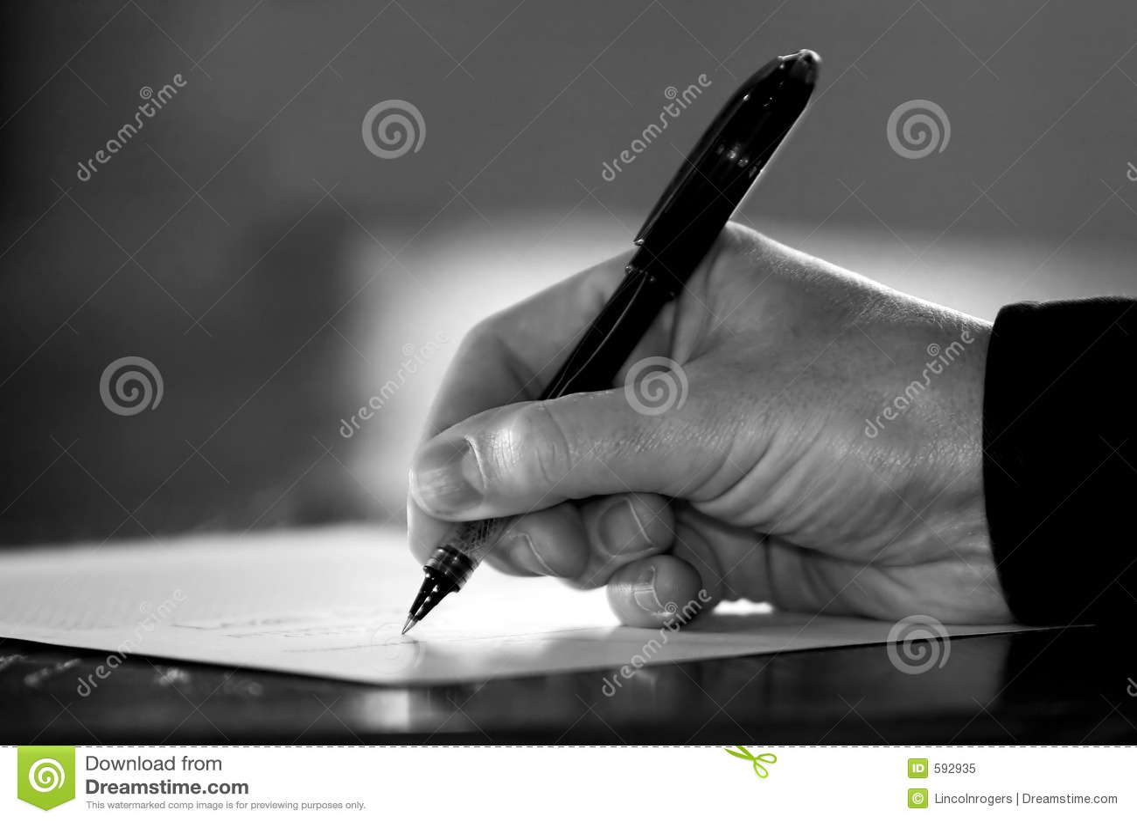 Papeleo/contrato de firma de la mano (negro y blanco)
