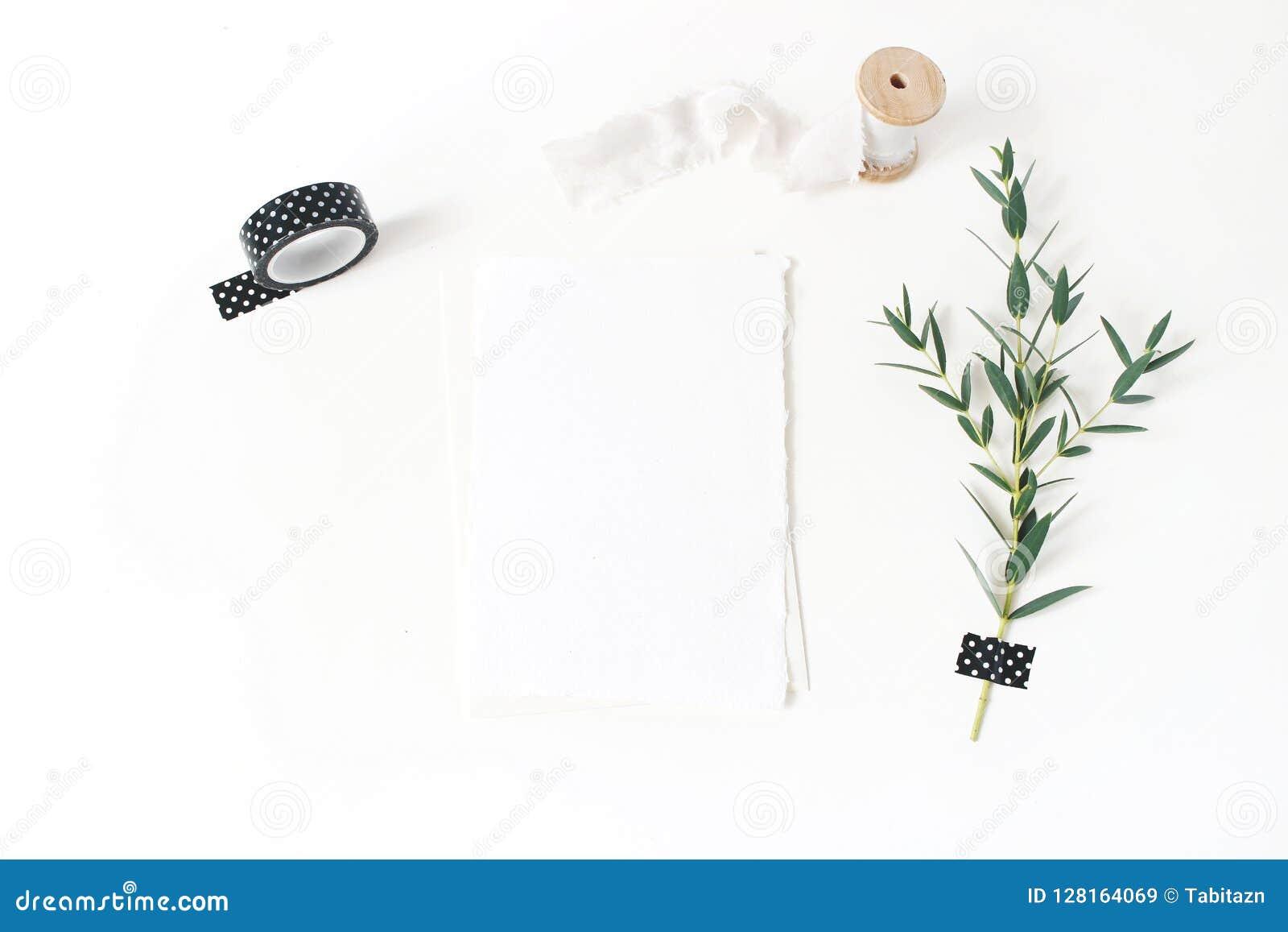 Papeterie féminine, épousant la scène de bureau de maquette Carte de voeux vierge, enveloppe, bande noire de washi, ruban en soie