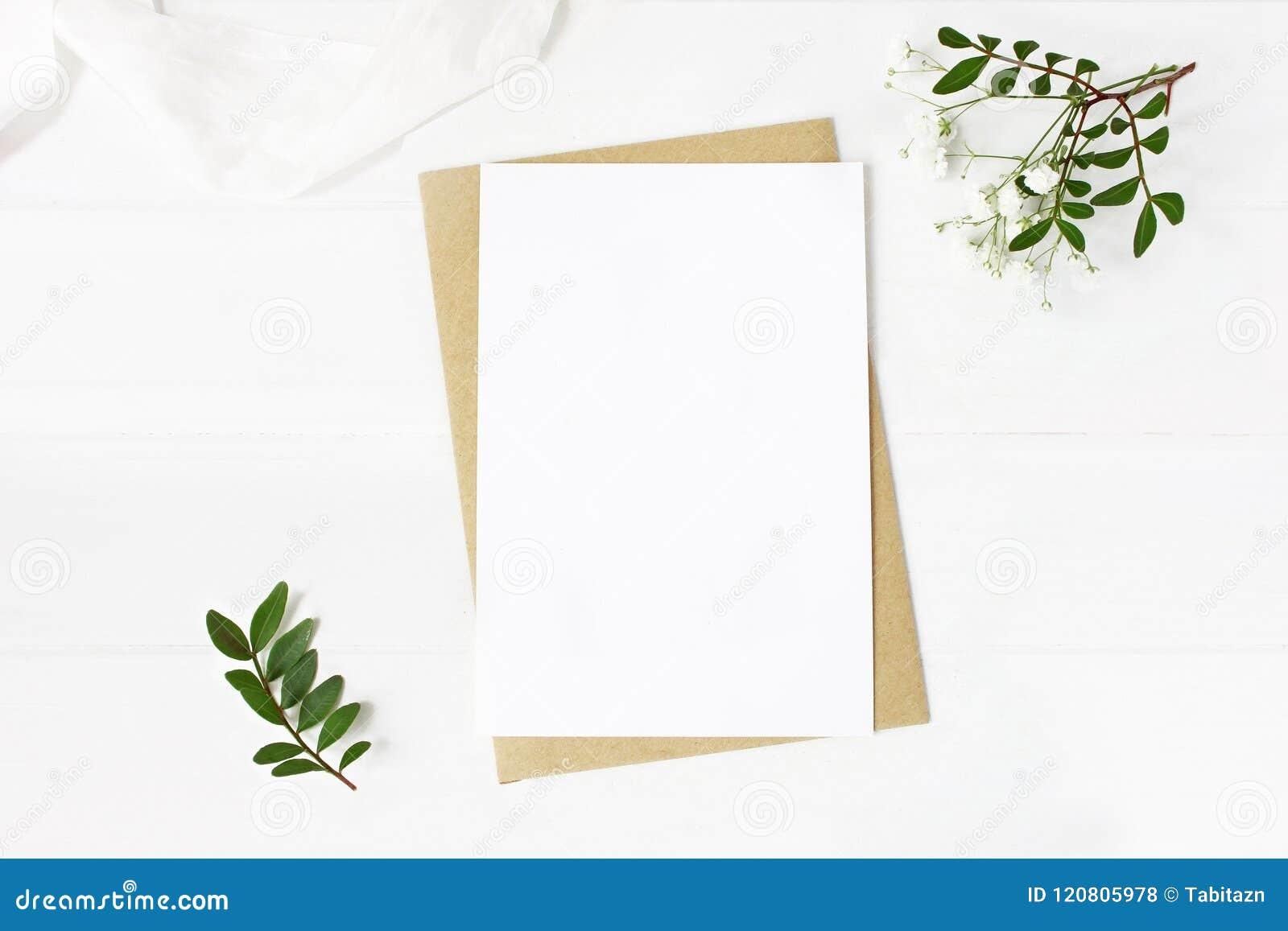 Papeterie féminine de mariage, scène de bureau de maquette La carte de voeux vierge, enveloppe de métier, souffle du ` s de bébé