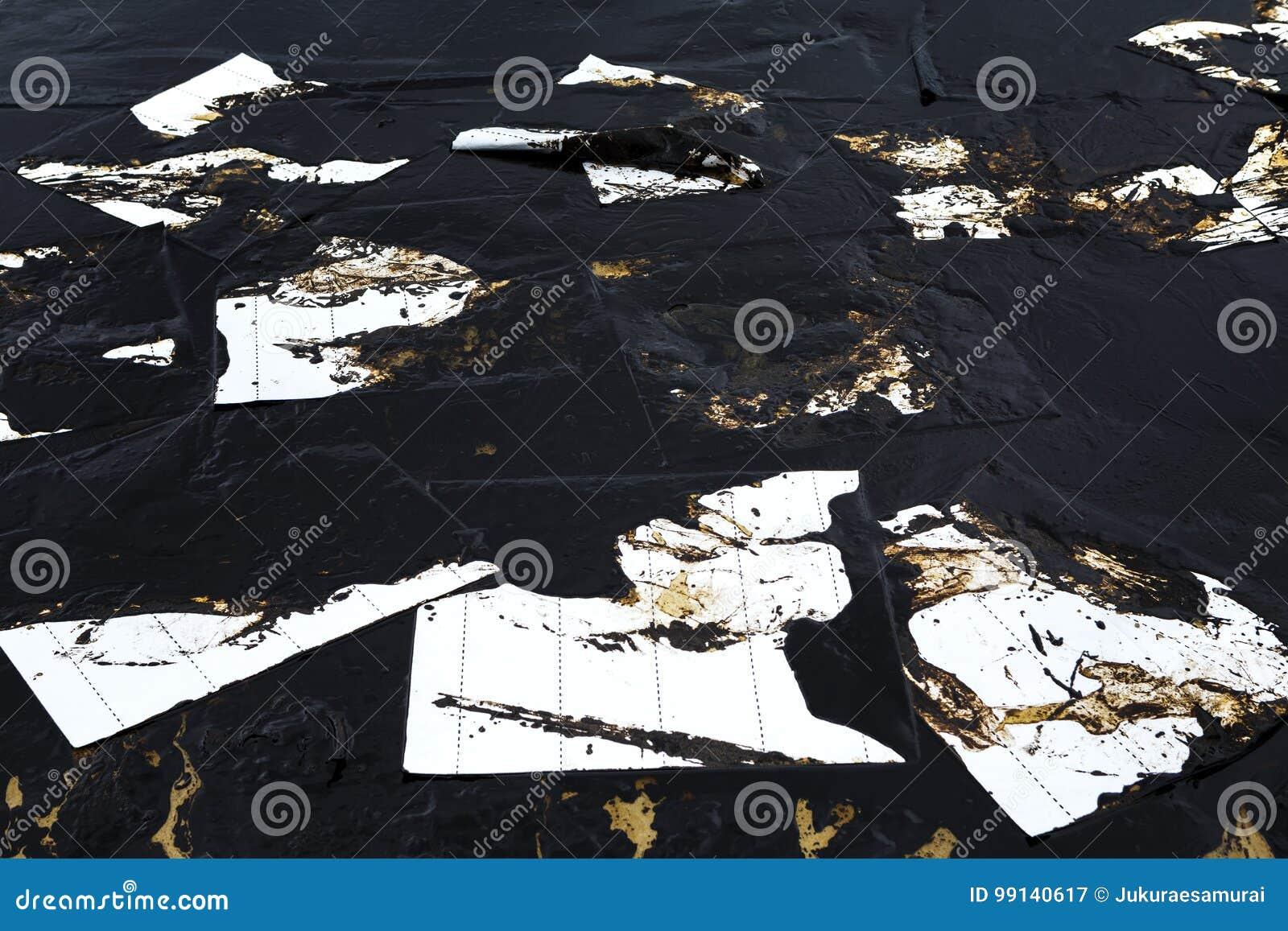 Papier absorbant utilisé pour rayer l huile du pétrole brut renversé