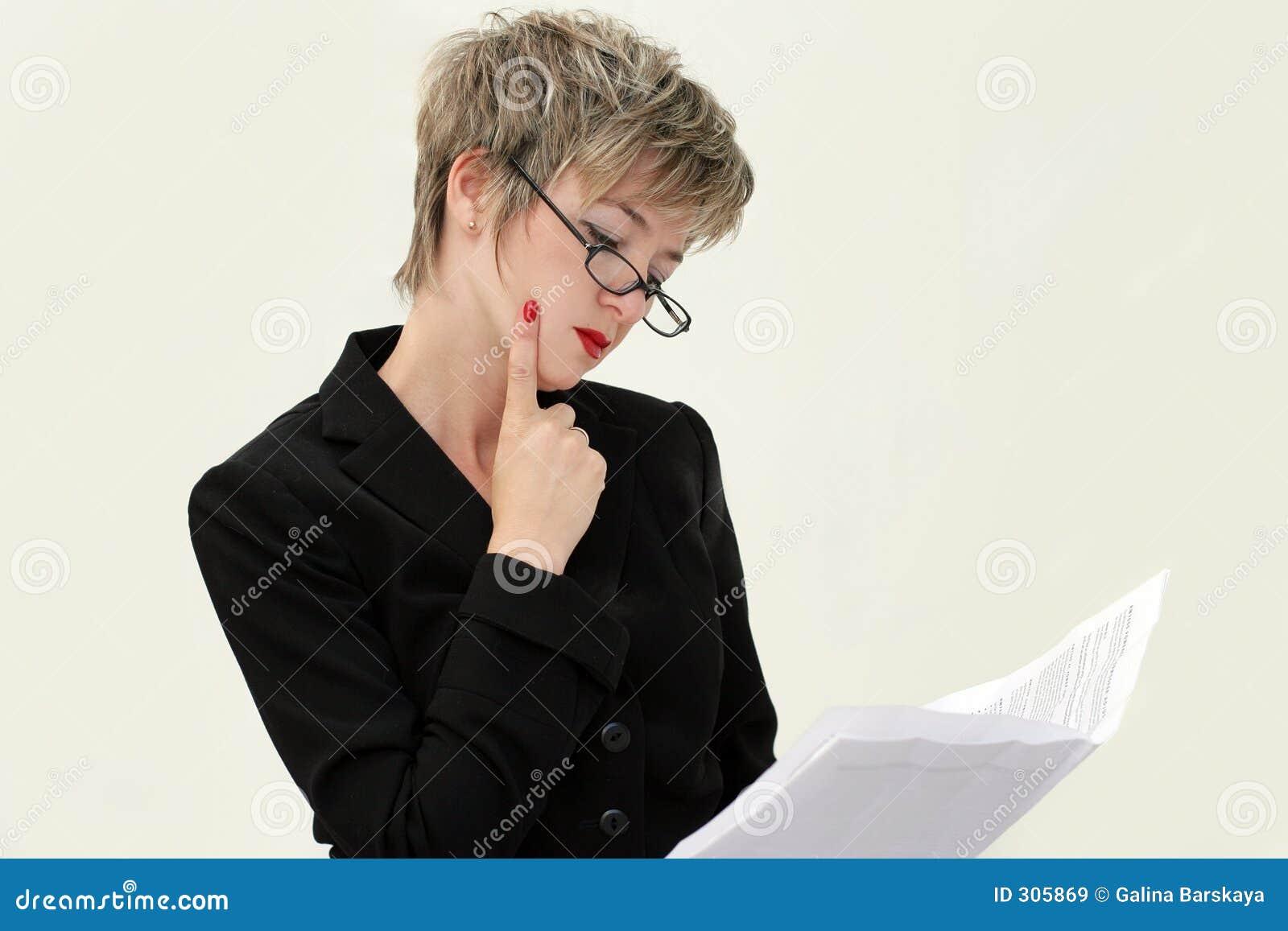 Papier bizneswomanu odczyt