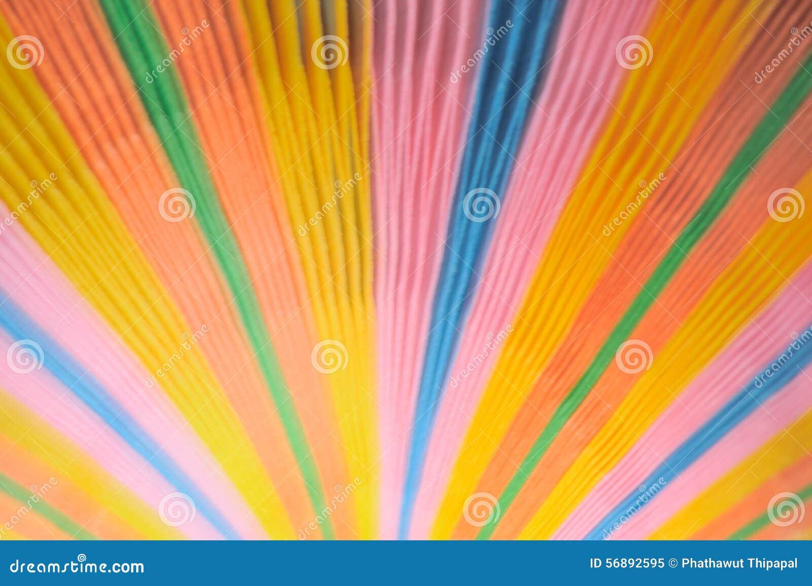 Papier coloré brouillé sur le fond