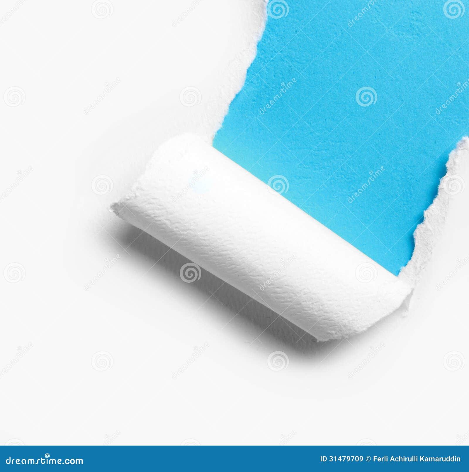 Papier déchiré blanc faisant le coin avec le fond bleu