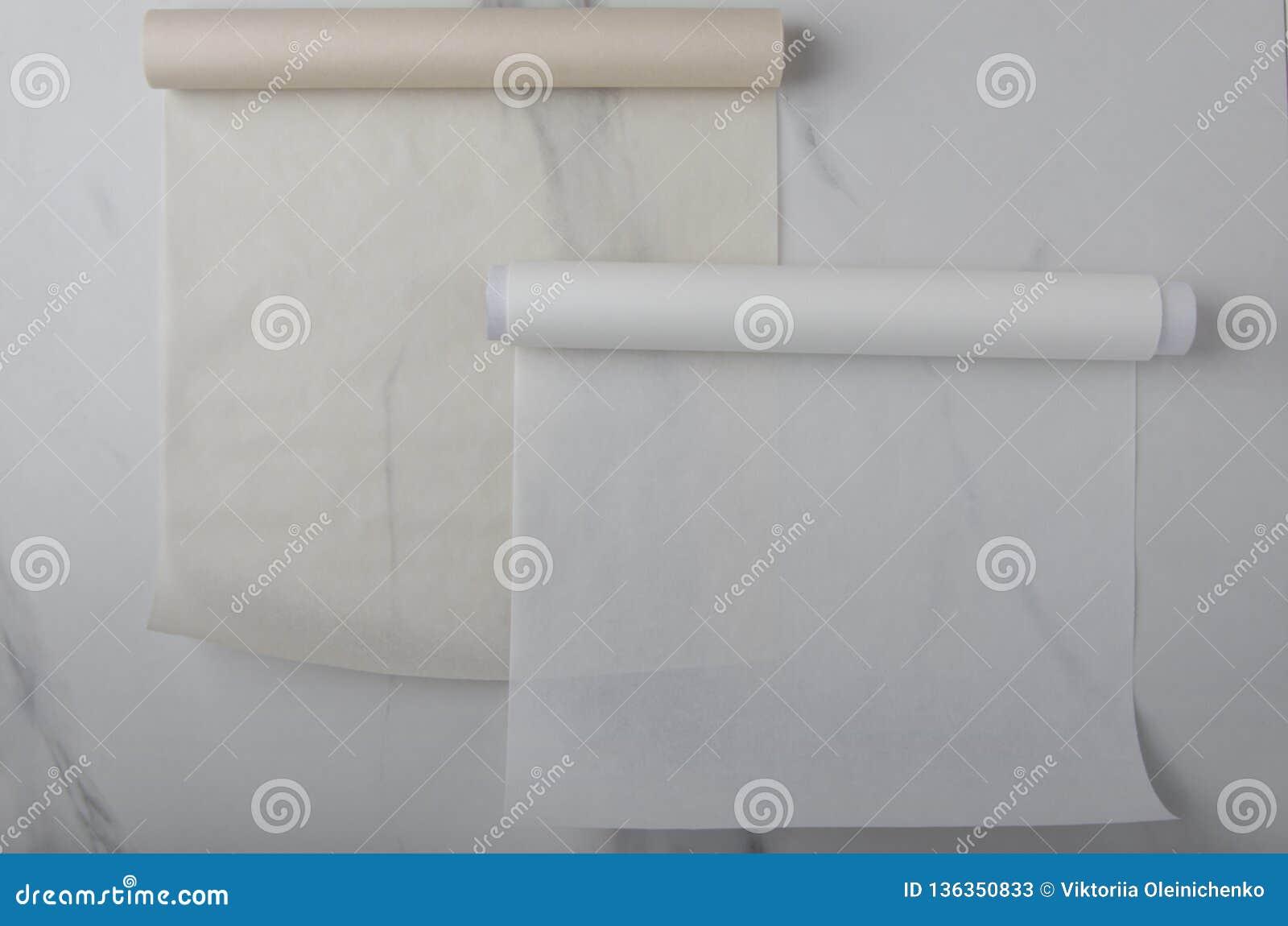 Papier de cuisson brun et blanc vide sur le bureau de cuisine