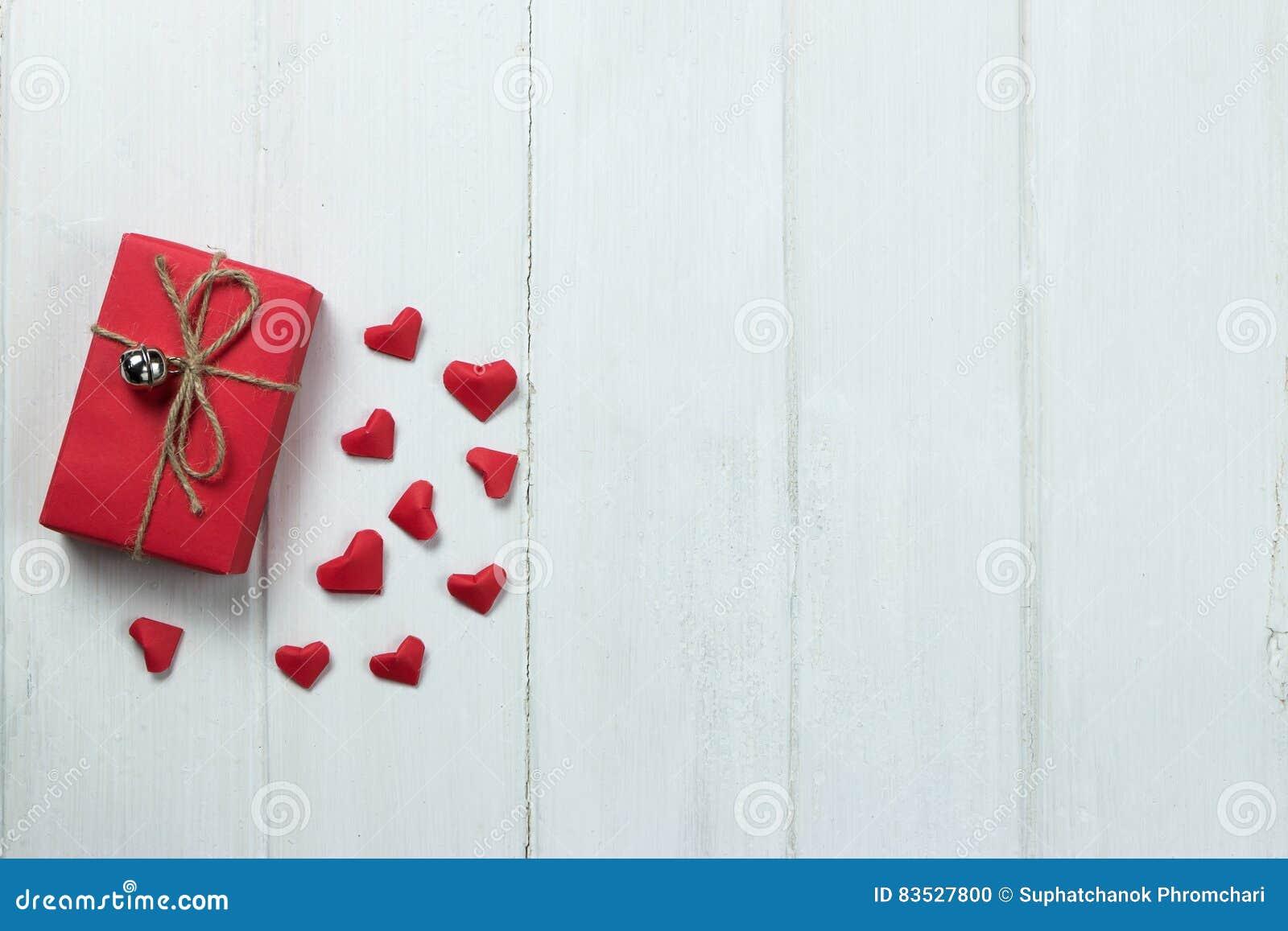 papier de forme de coeur d'origami de boîte-cadeau sur le fond en