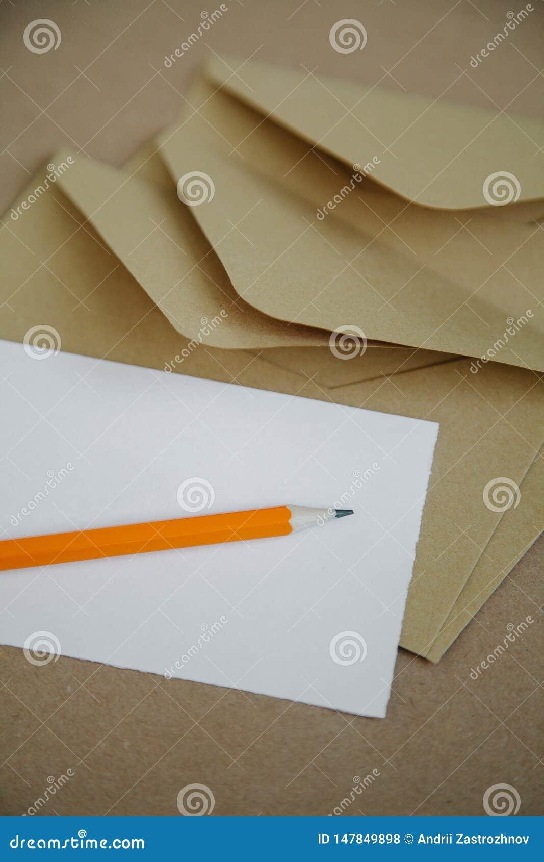 Papier de lettre vide pour une enveloppe brune de cru
