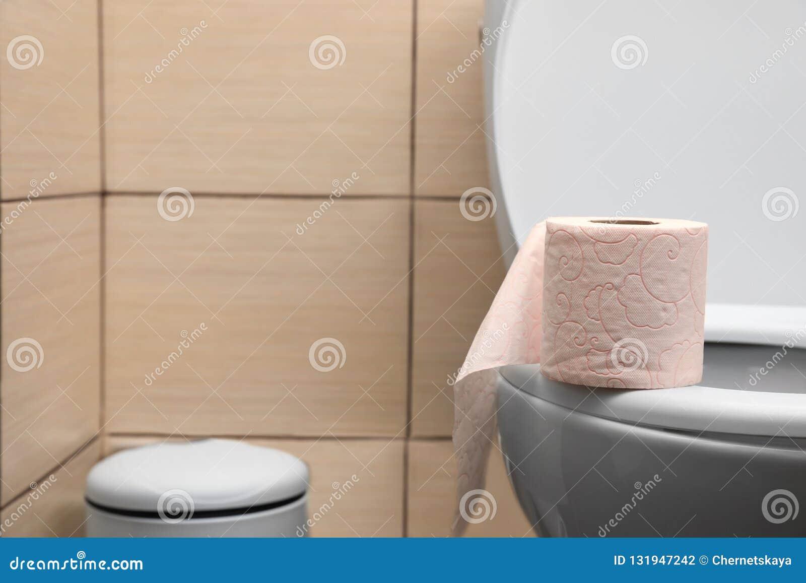 Papier Salle De Bain papier de soie de soie mou sur le siège des toilettes dans