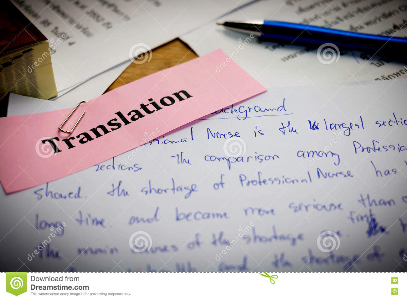 Papier de traduction sur le bureau en bois photo stock image du