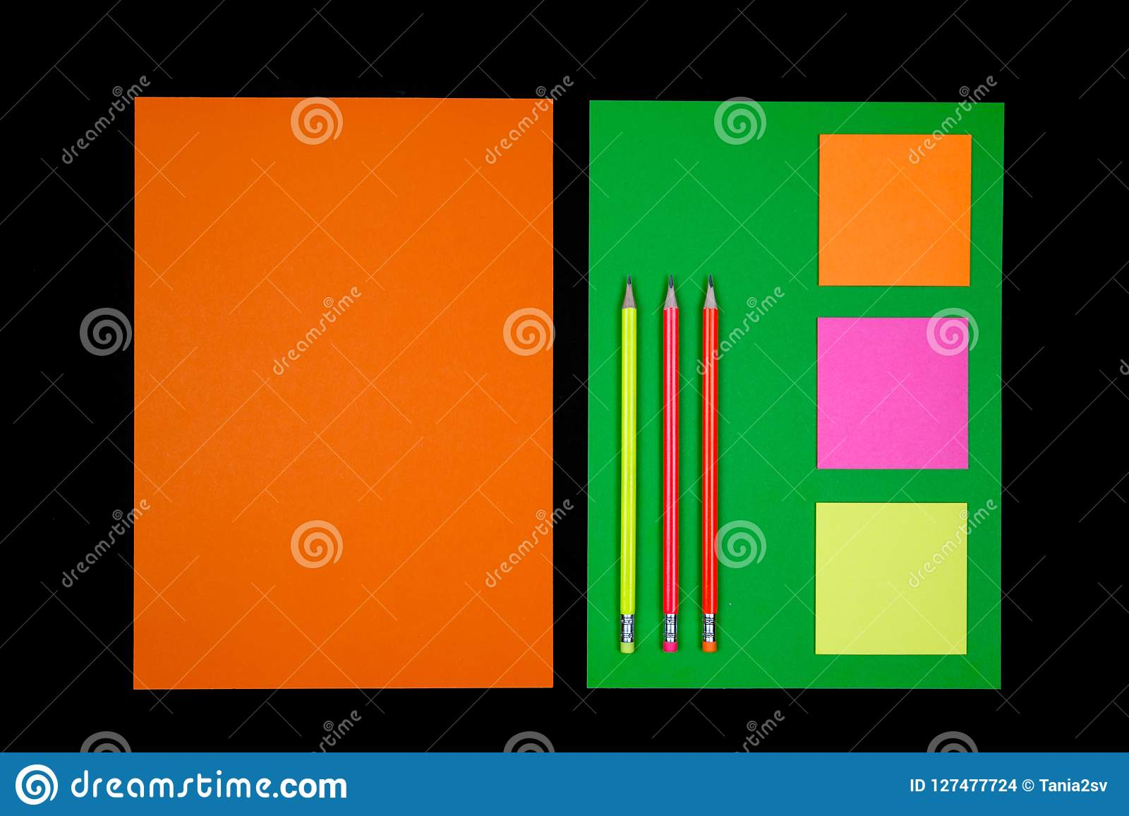 Papier et papeterie au néon sur le noir