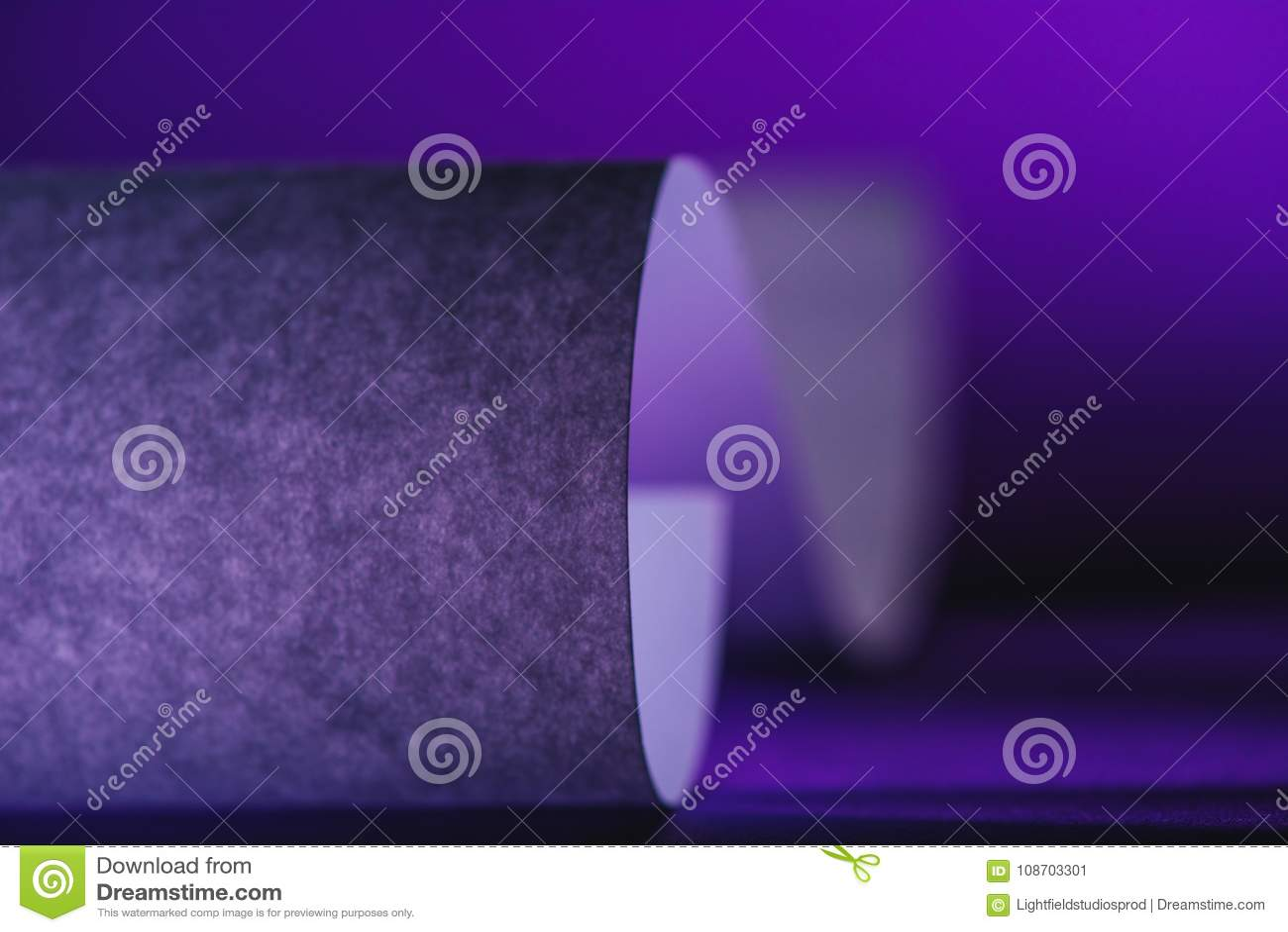 Papier gris sur la surface pourpre