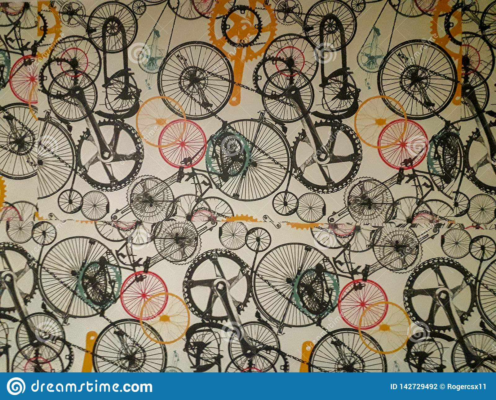 Papier peint sur le mur avec la rayure fanée molle