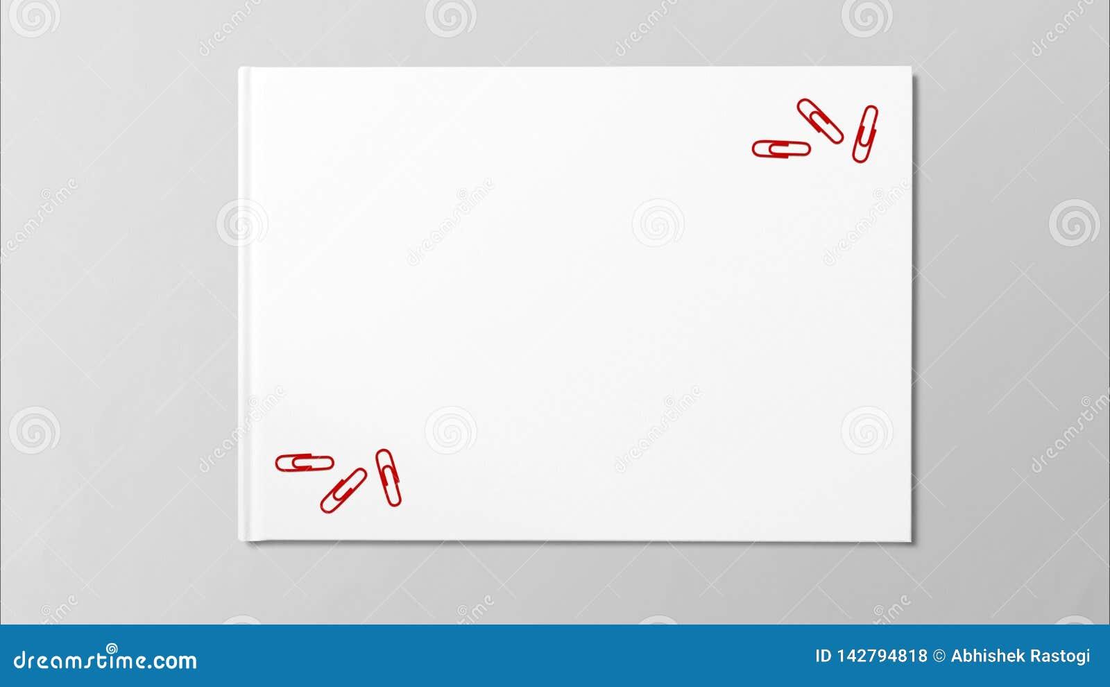 Papier rouge multiple sur le livre blanc sur le fond gris
