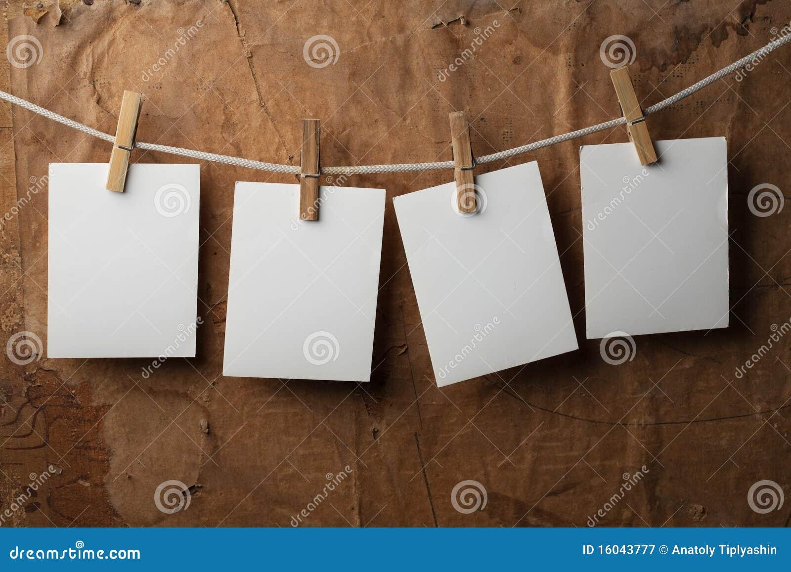 Papierbefestigung mit vier Fotos rope mit Kleidungstiften