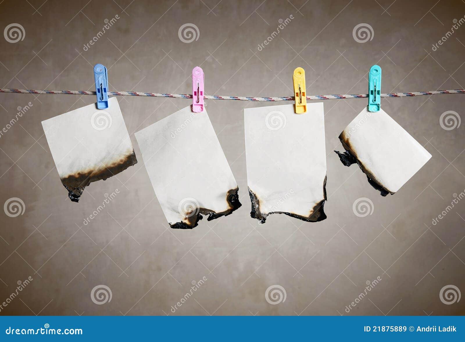 Papiere auf Netzkabel