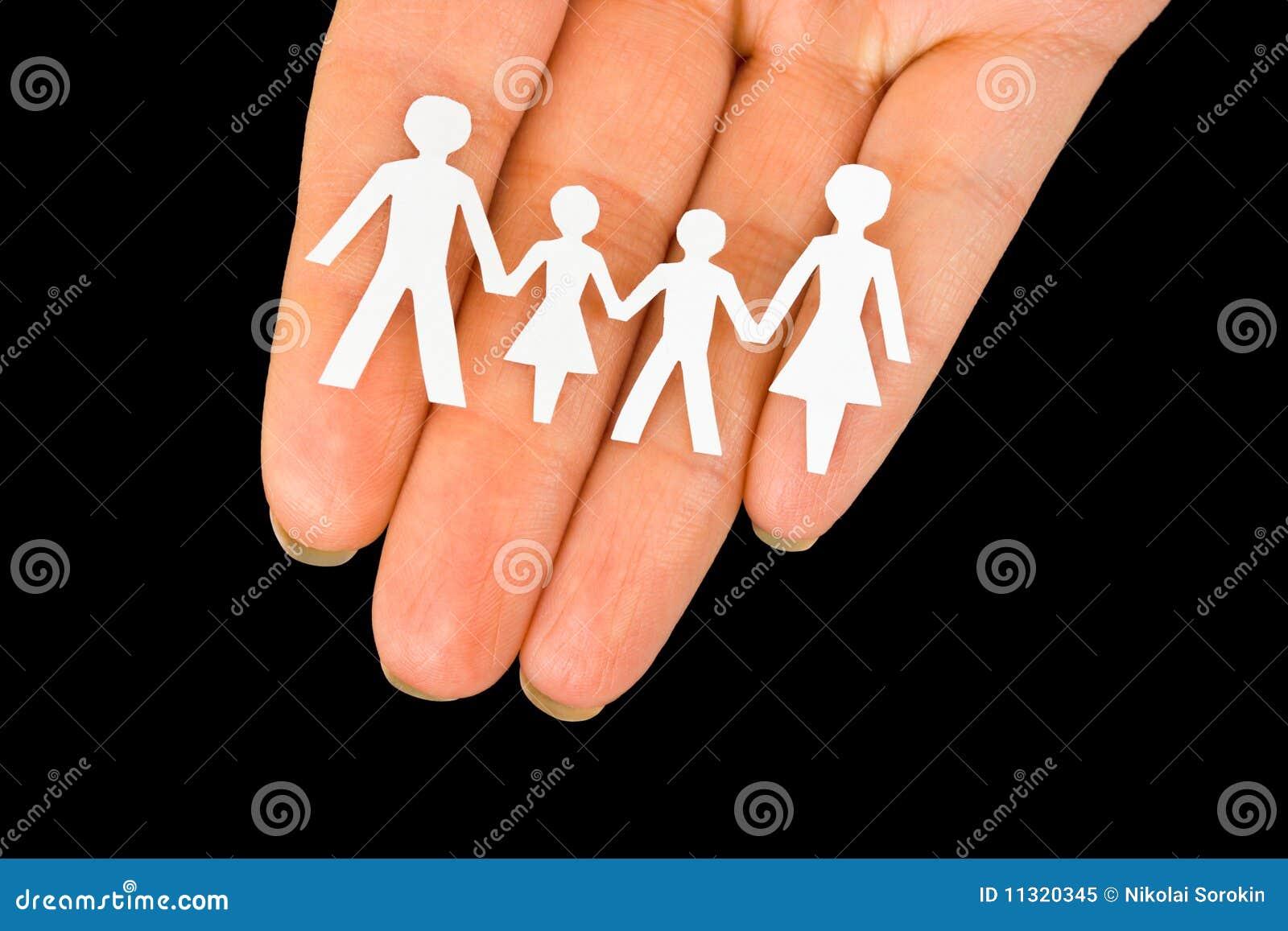 Papierfamilie in der Hand