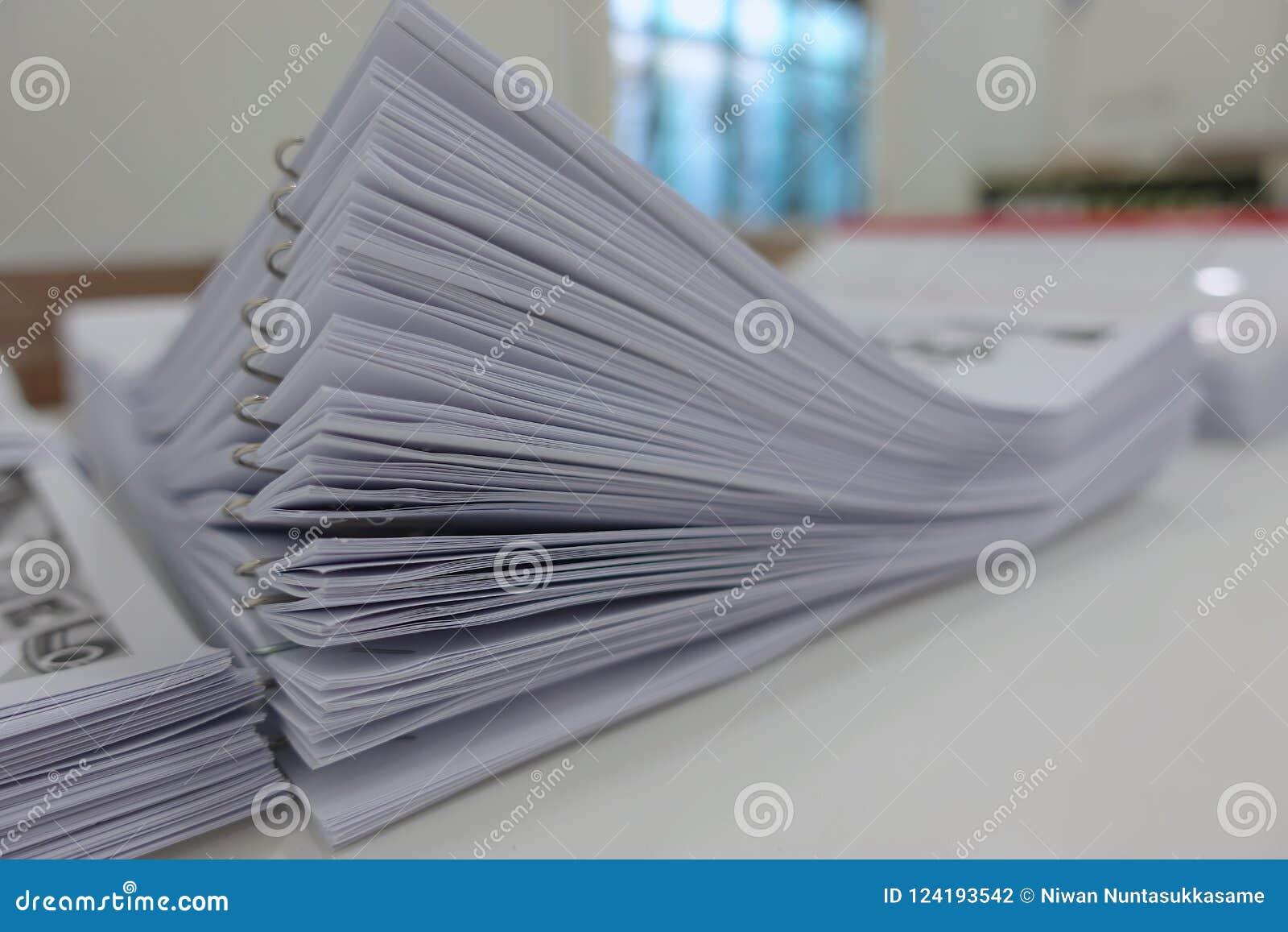 Papiergeschäftsunterlagen von fertigem gestapelt