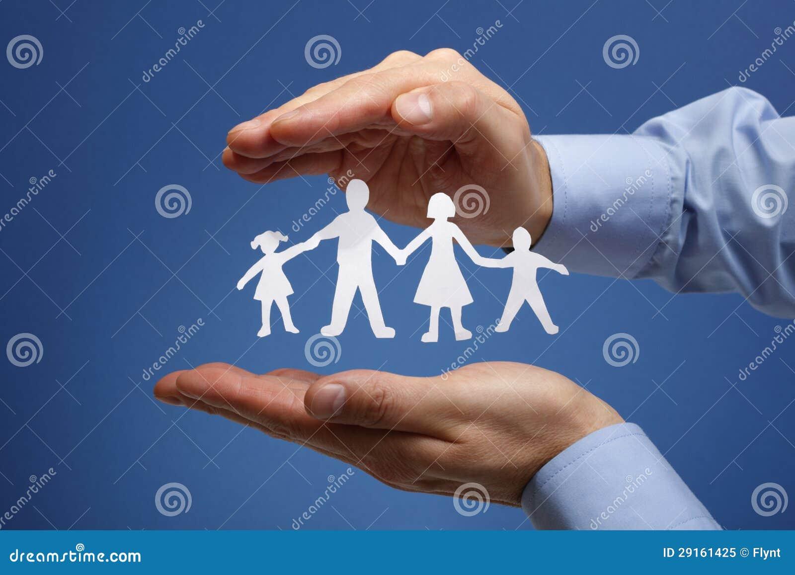 Papierowa łańcuszkowa rodzina ochraniająca w cupped rękach