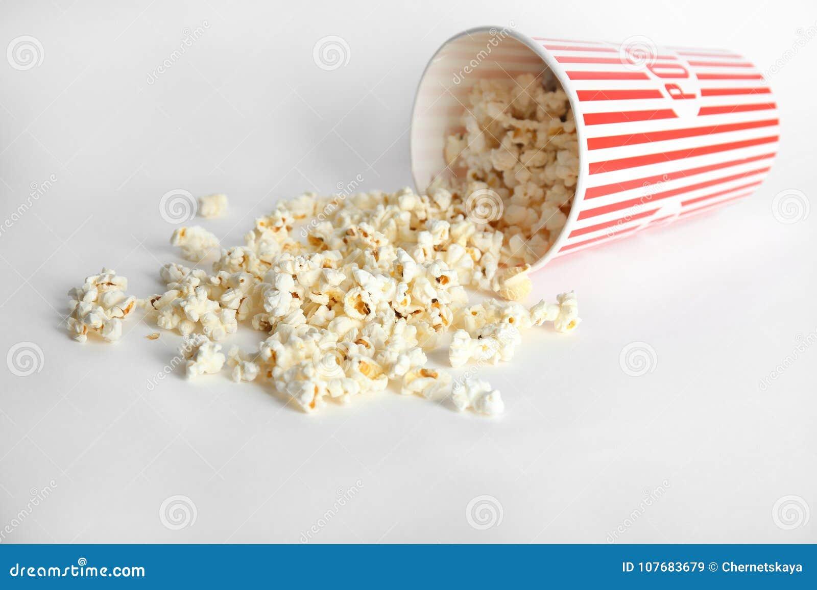 Papierowa filiżanka z smakowitym popkornem