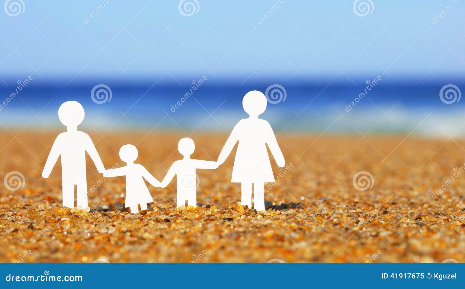 Papierowa rodzina na plaży rodzina