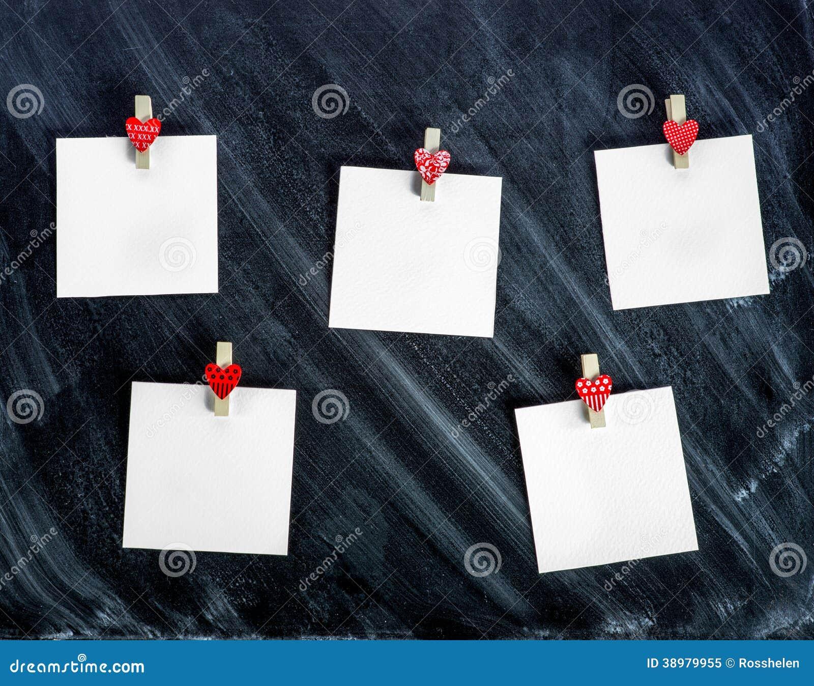 Papierowe karty dołączali odzieżowe szpilki