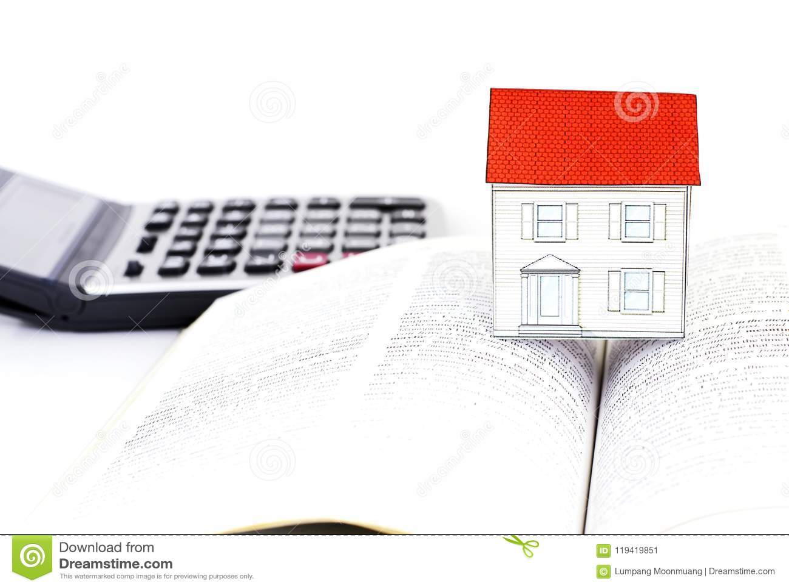 Papierowy dom na podręcznikach i kalkulatorze na białym tle