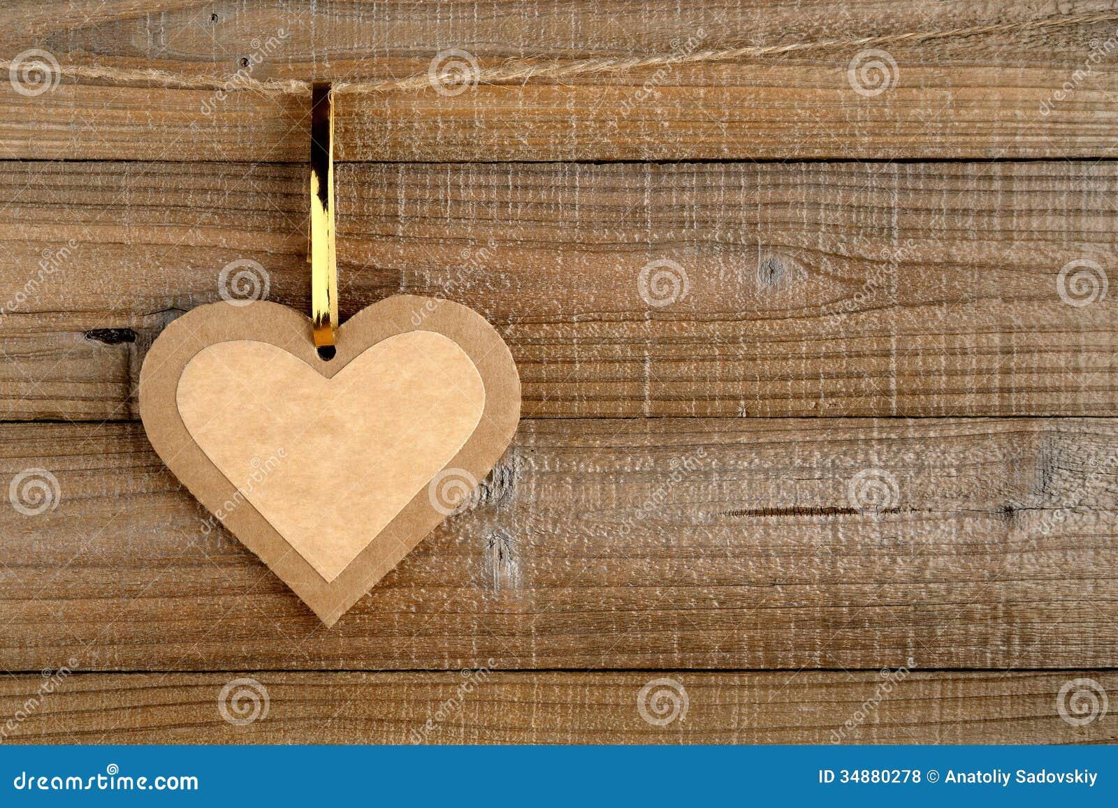 Papierowy serce na drewnie