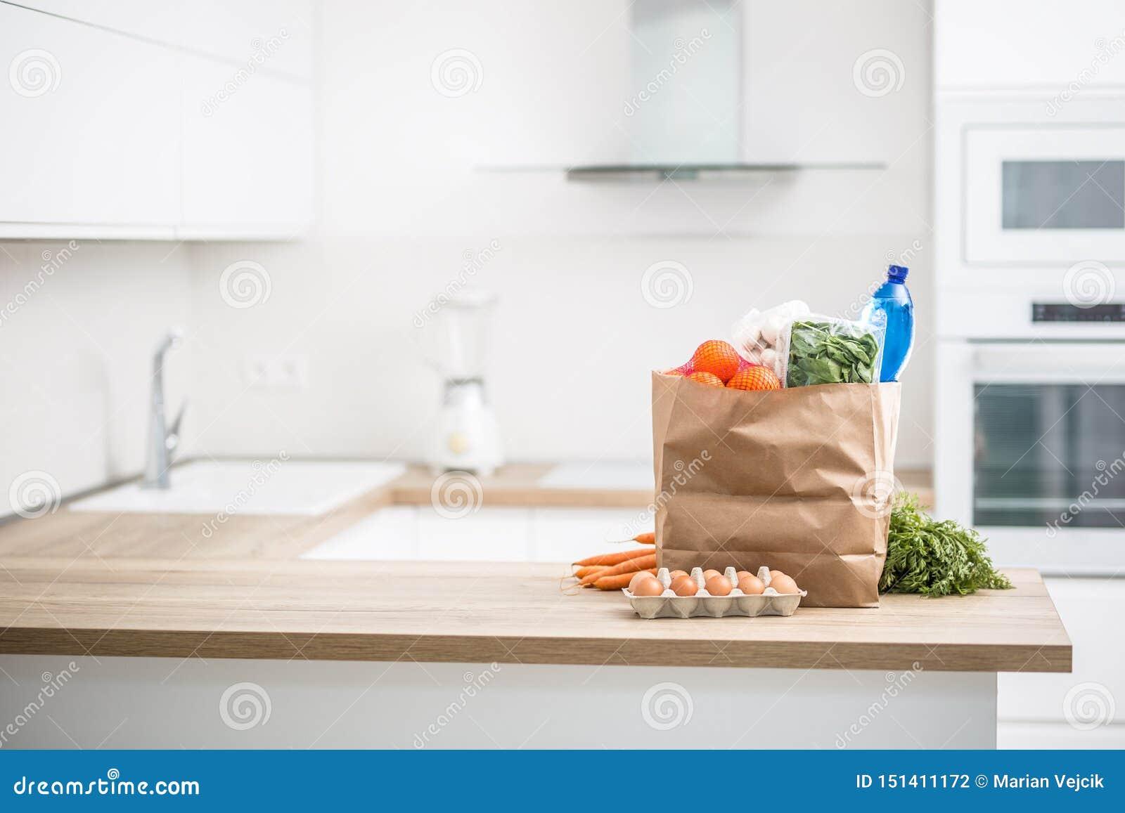 Papiertüte mit Kauf auf Hauptküche