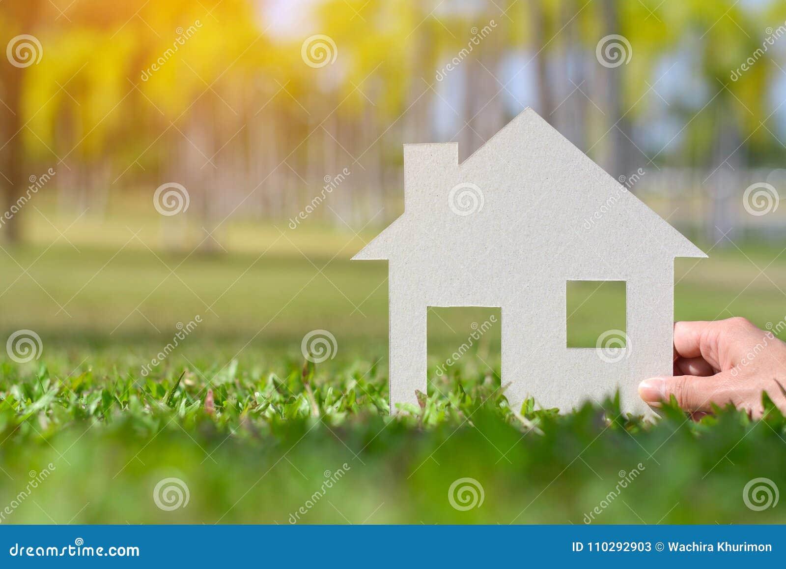Papieru cięcie dom na natury tła kopii przestrzeni