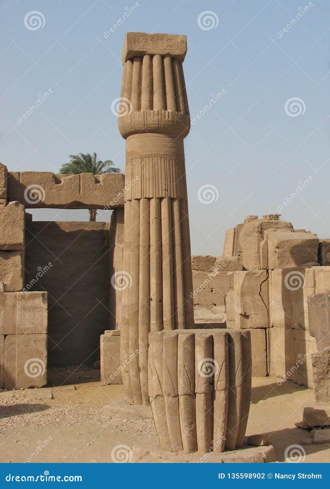 Papirusowa kolumna, świątynie Karnak, Egipt