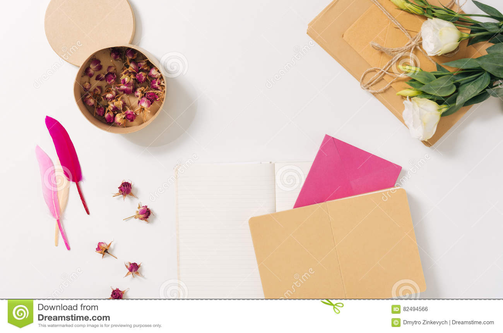 Pappers- ask som fylls med torkade rosor