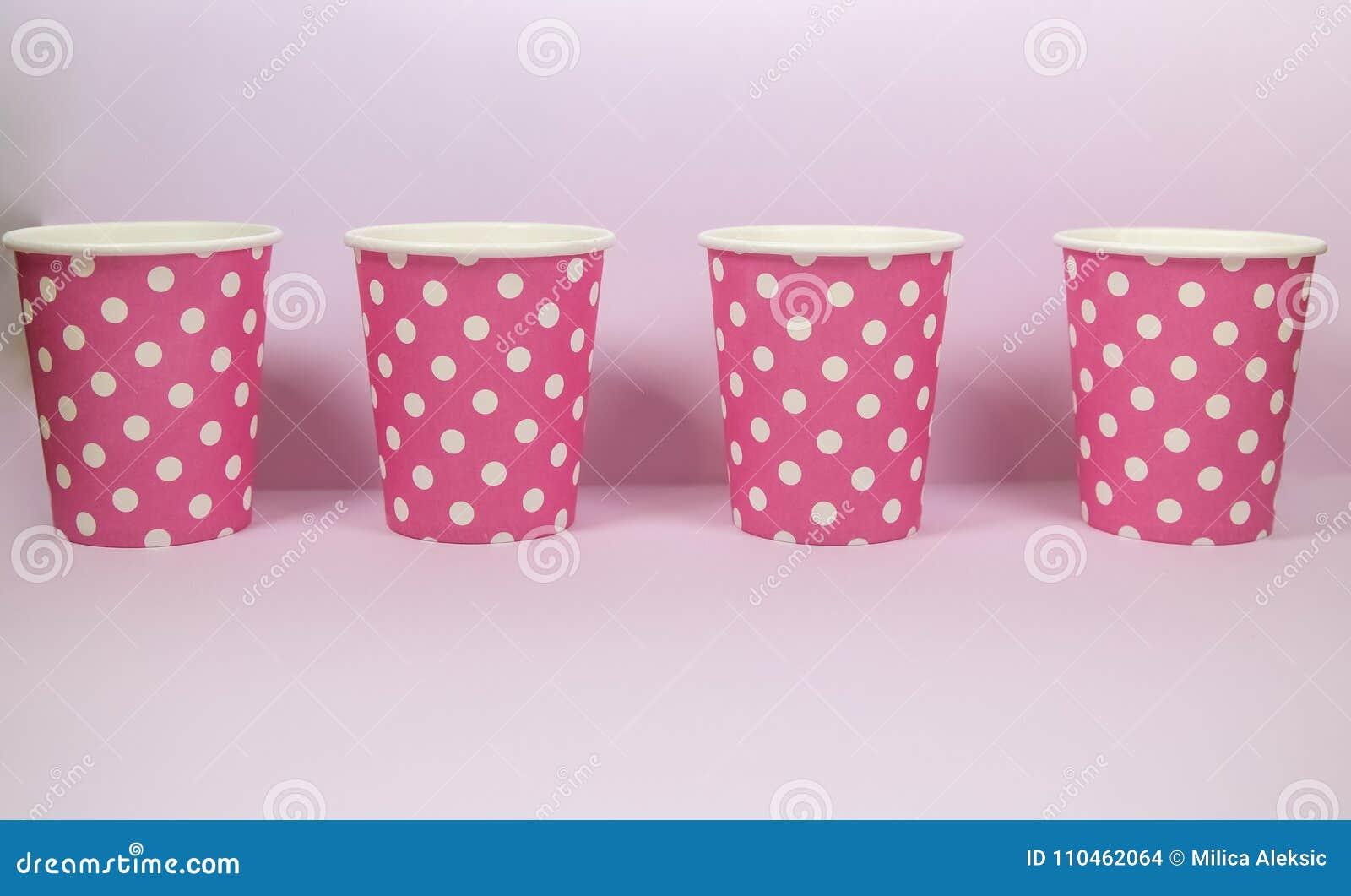 Pappers- kopp för rosa prick på den rosa bakgrunden