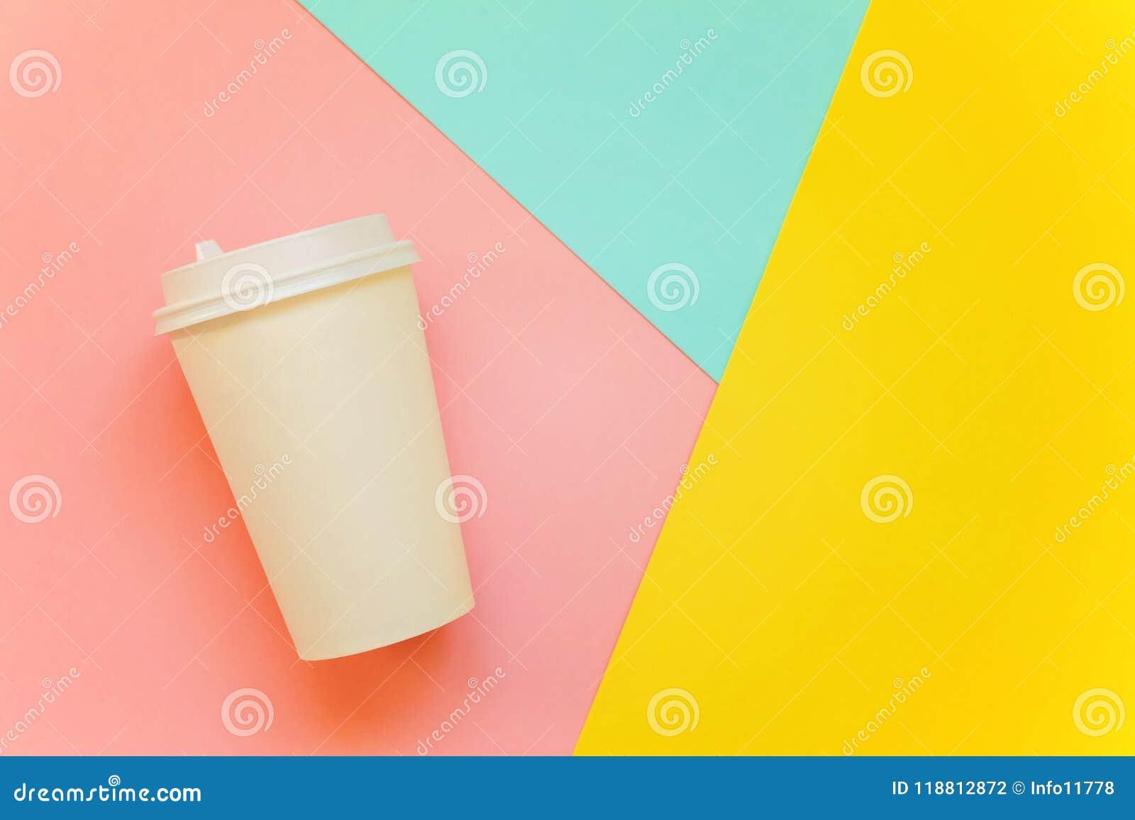Pappers- kopp kaffe på färgrik bakgrund