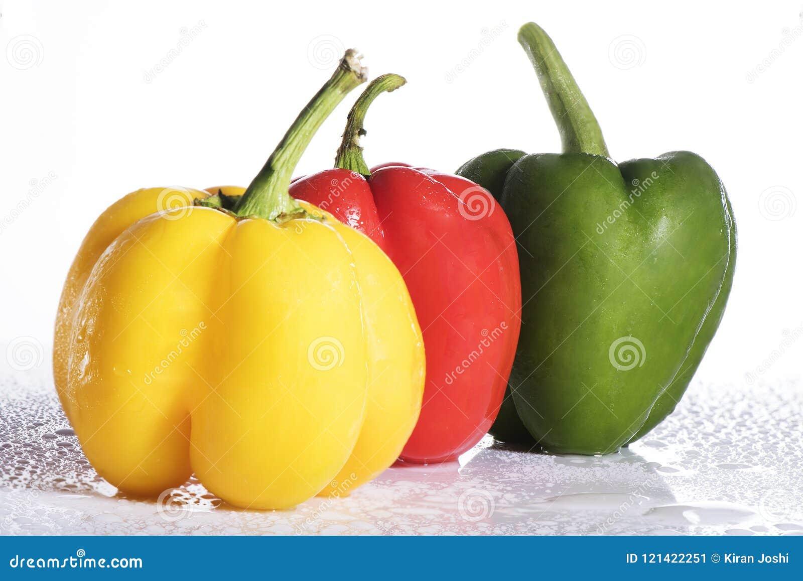Paprika coloré frais sur le fond blanc