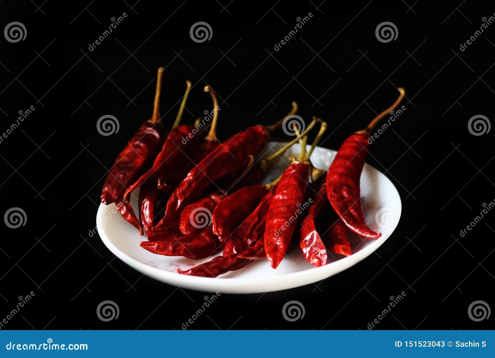Paprika molida, pimienta roja pulverizada, pimienta de chile seca aislada en fondo negro