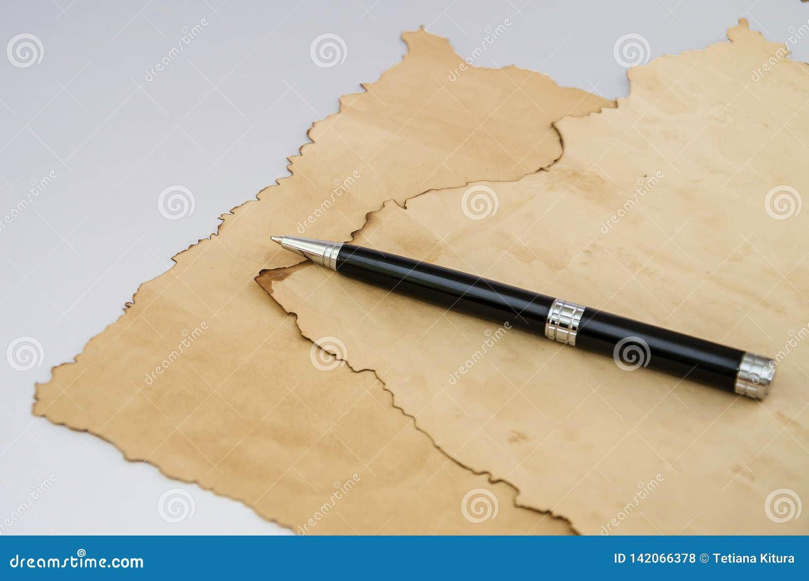 Papyrus en zwarte pen op grijze achtergrond