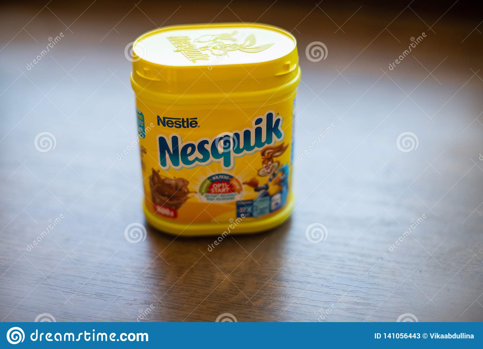 Paquet de boisson Nesquik de chocolat et de cacao par Nestle sur le fond en bois