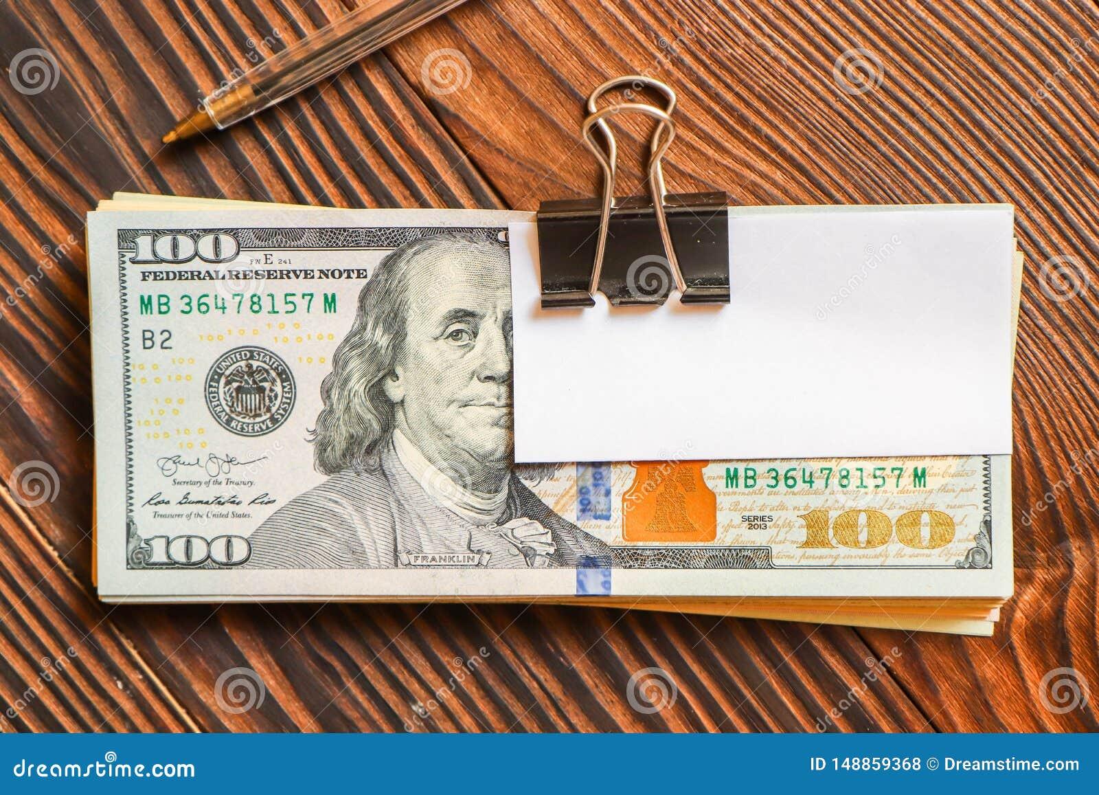 Paquet des dollars et de l autocollant de livre blanc sur le texte ou le texte