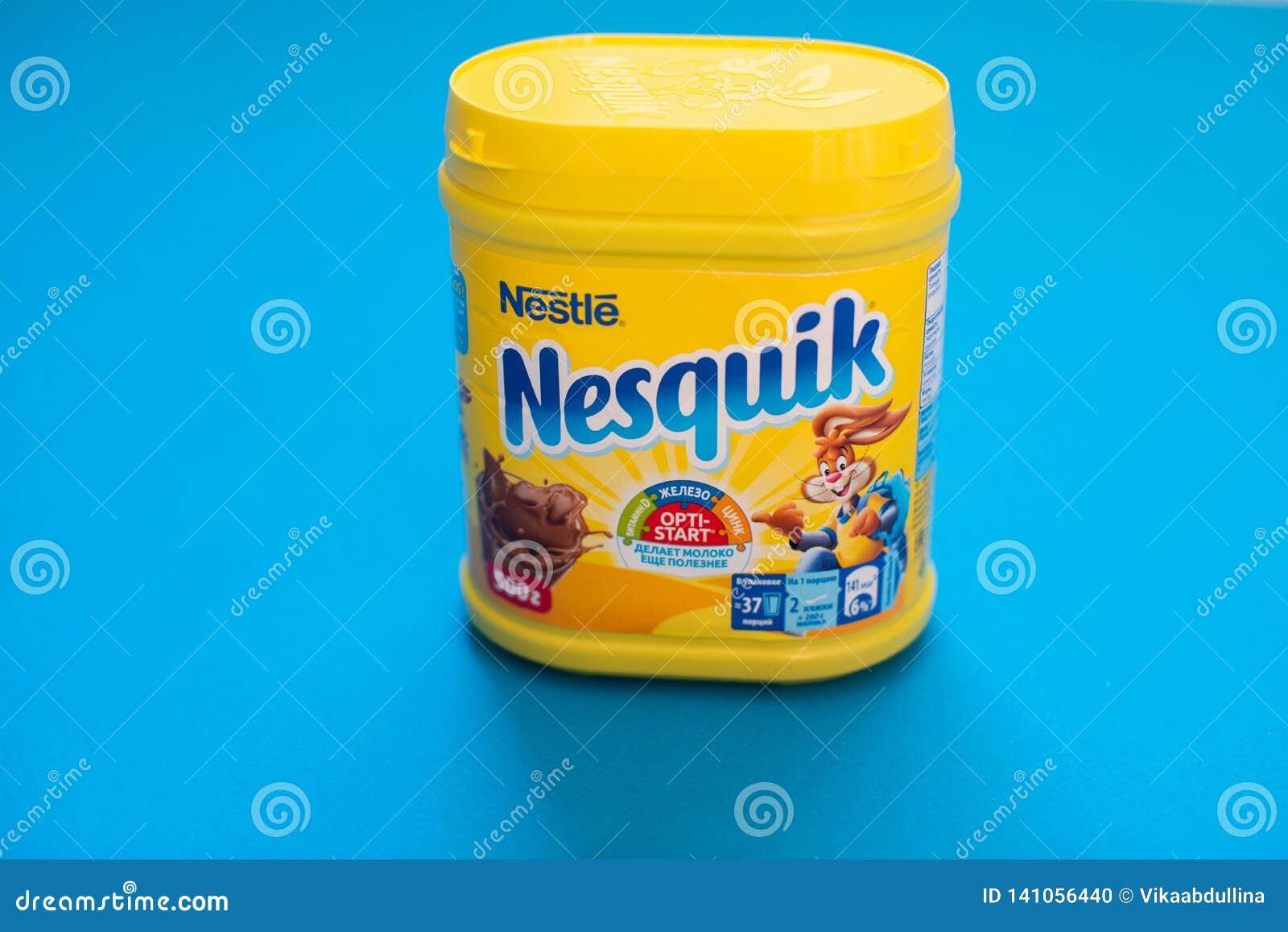 Paquete de la bebida Nesquik del chocolate y del cacao por Nestle en fondo azul