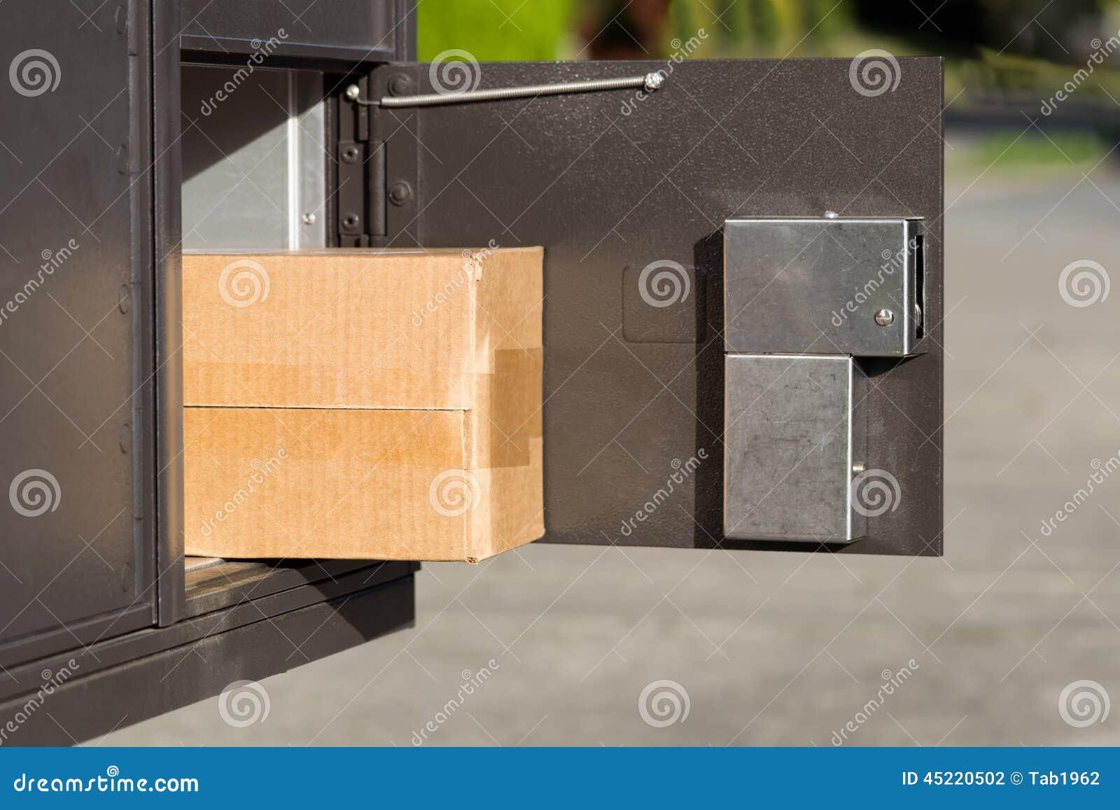 Paquete grande dentro del buzón postal