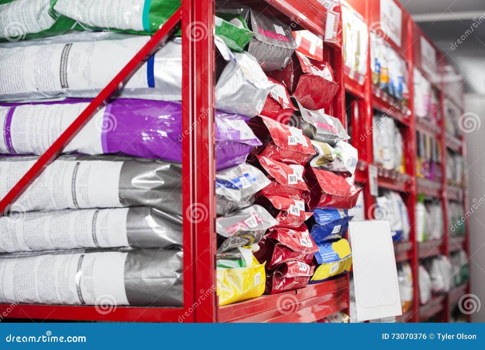 Paquetes de alimento para animales en la tienda