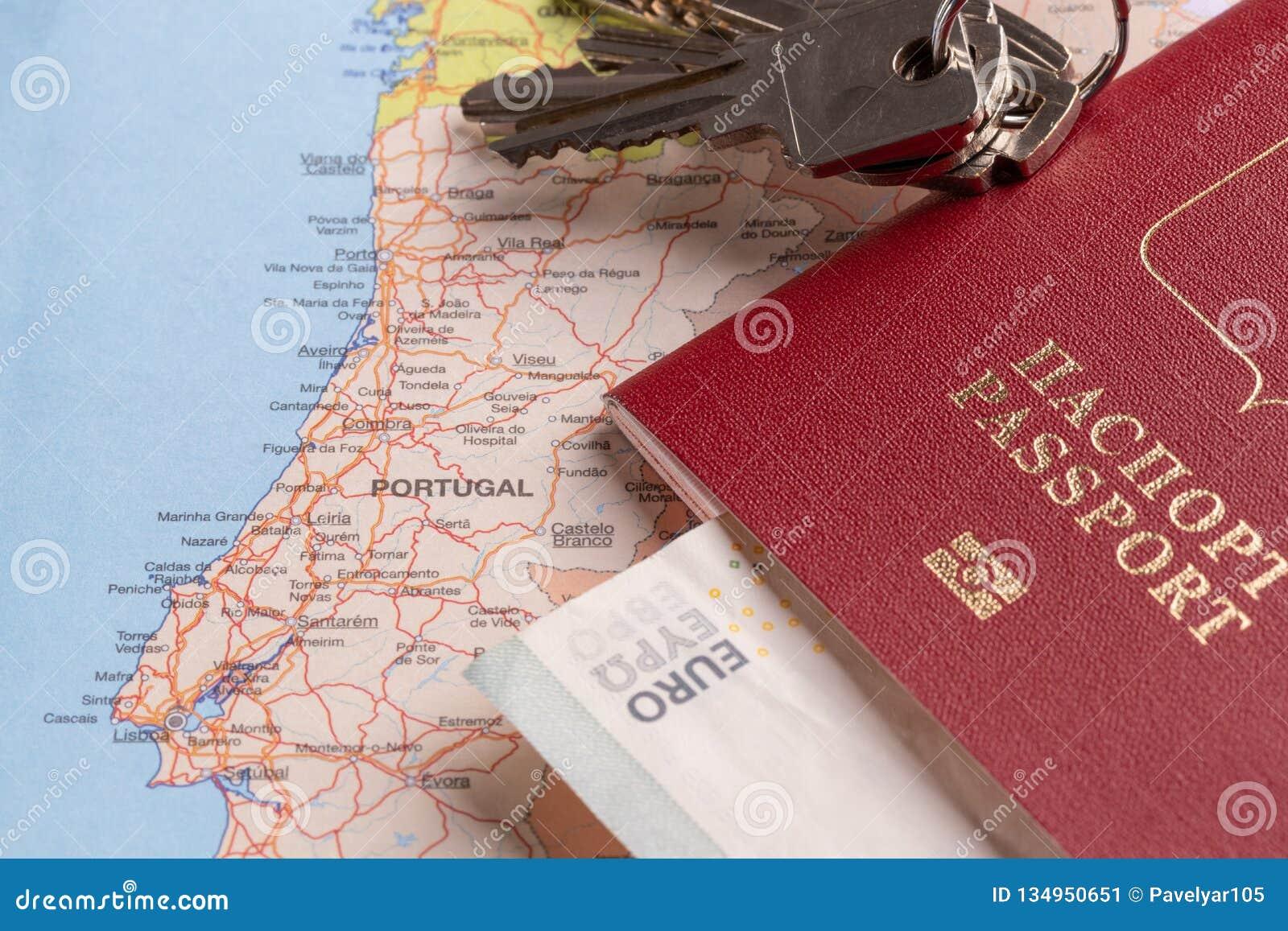 Paquetes del turista y del viaje - pasaporte, euro, mapas, llaves de la casa y coches rusos