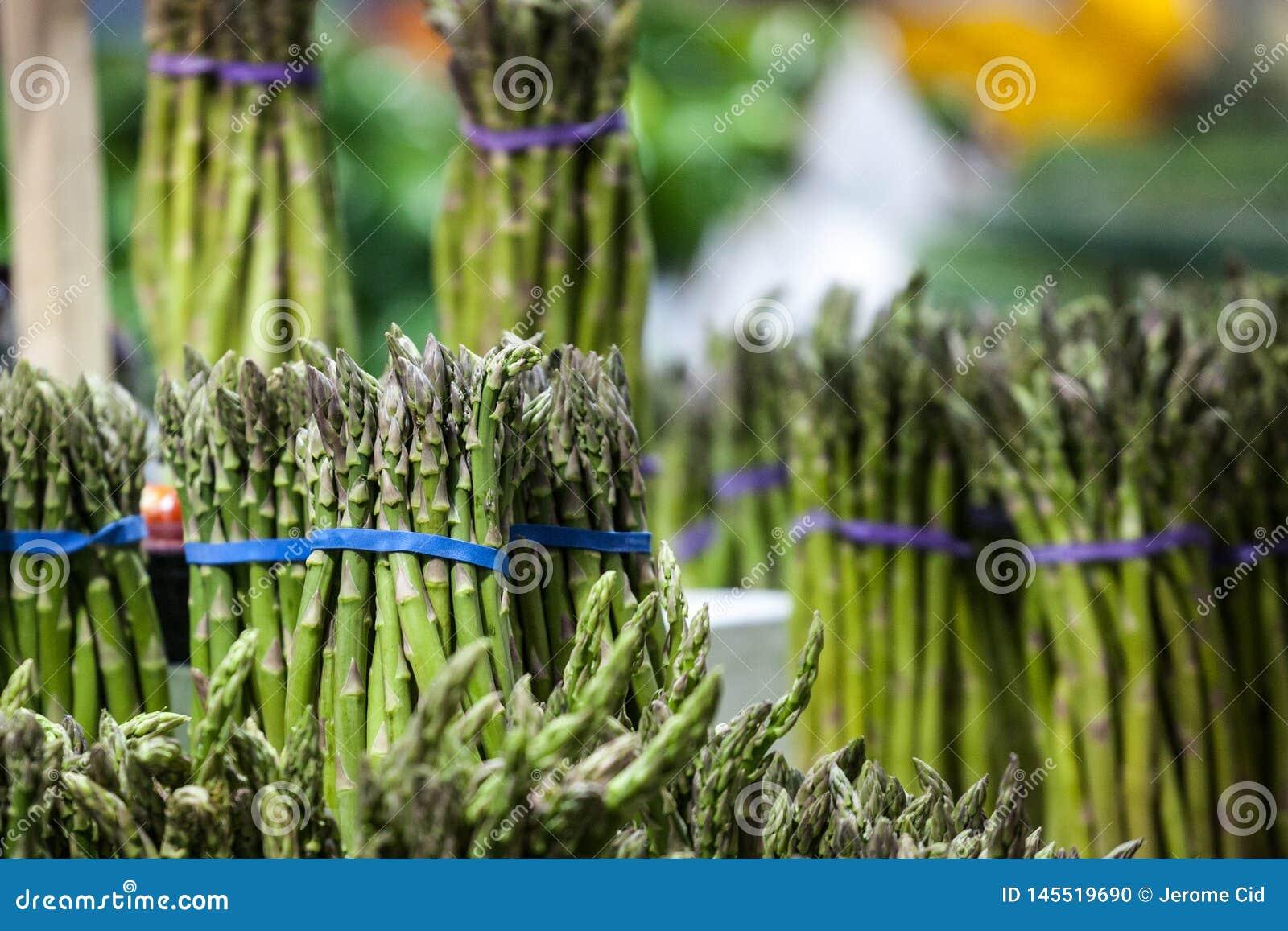 Paquets d asperge verte, cultiv?s, en vente sur un march? canadien ? Montr?al