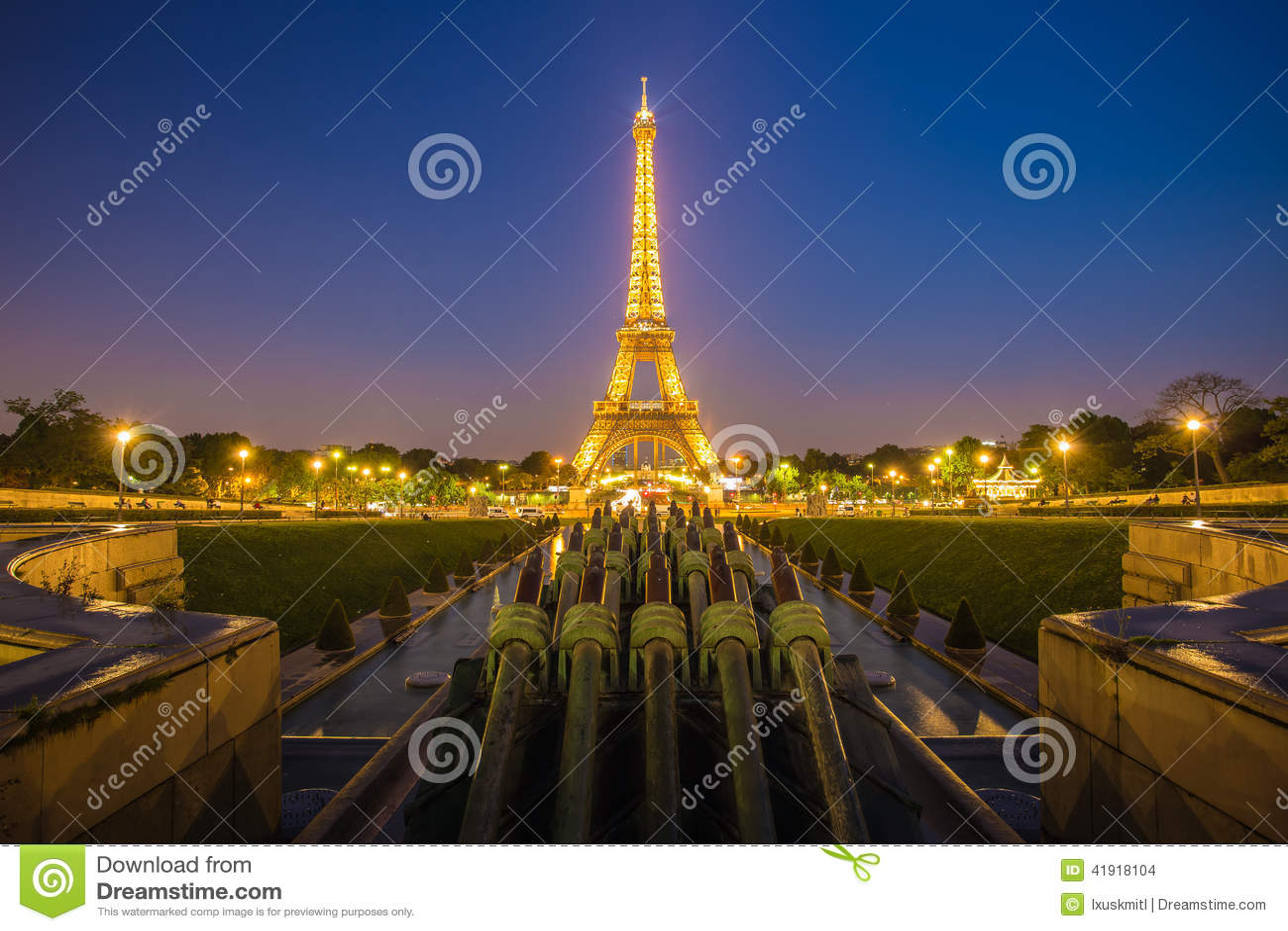 PARÍS - 13 DE MAYO: Demostración ligera del funcionamiento de la torre Eiffel en oscuridad con