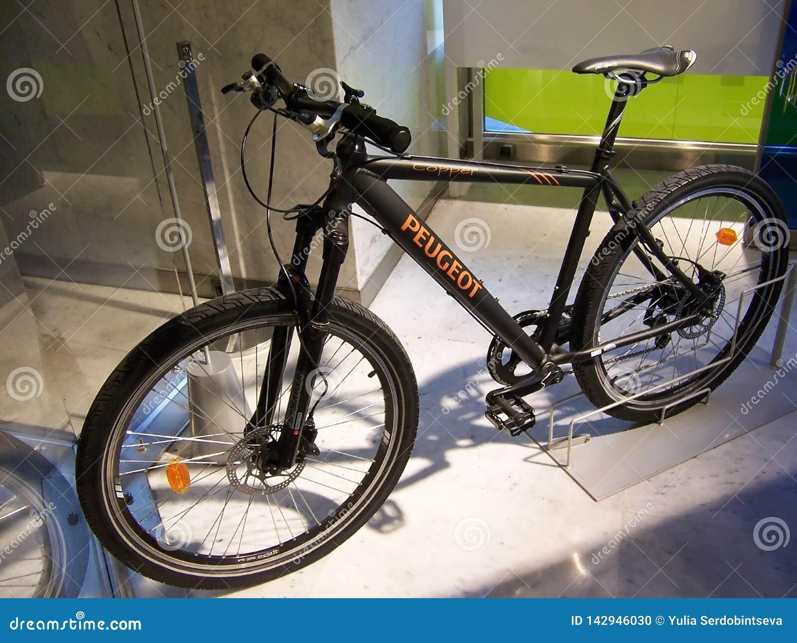 París, Francia 7 de agosto de 2009: bici del objeto expuesto en la exposición en el salón Peugeot