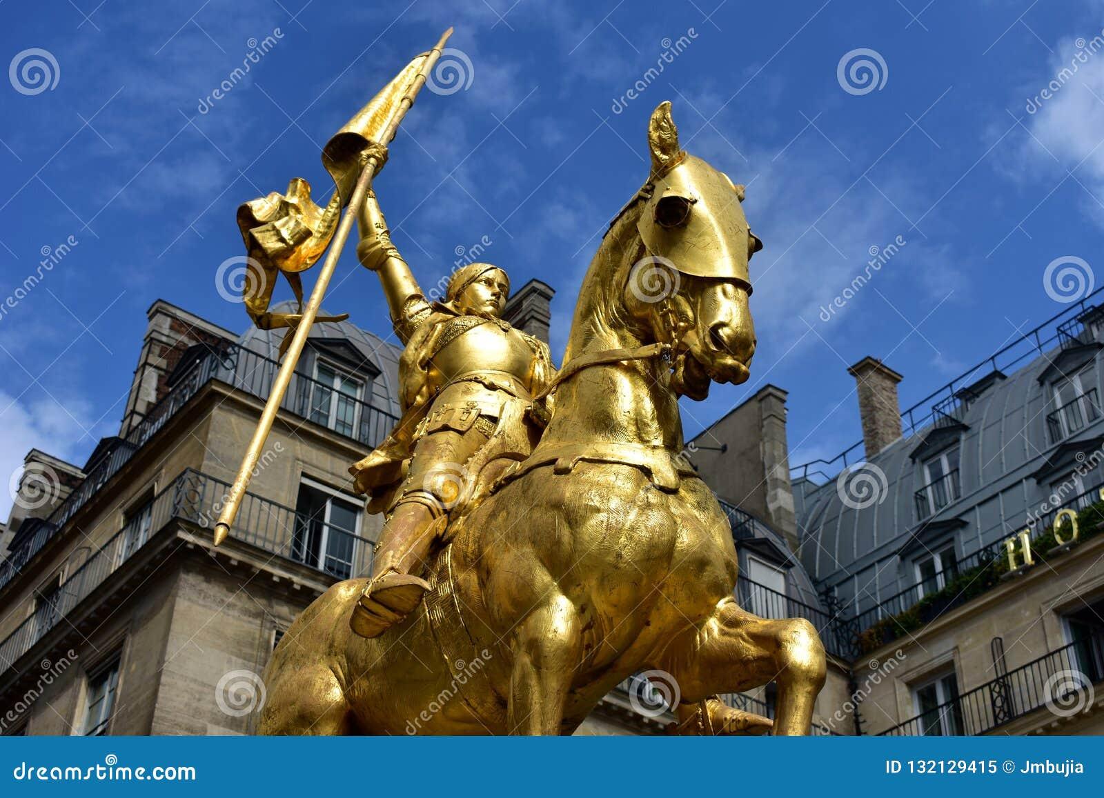 París, Francia Estatua de oro de Juana de Arco Cielo azul con las nubes