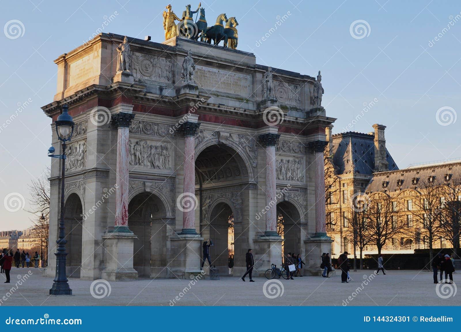 París, Francia - 02/08/2015: Vista del museo del Louvre