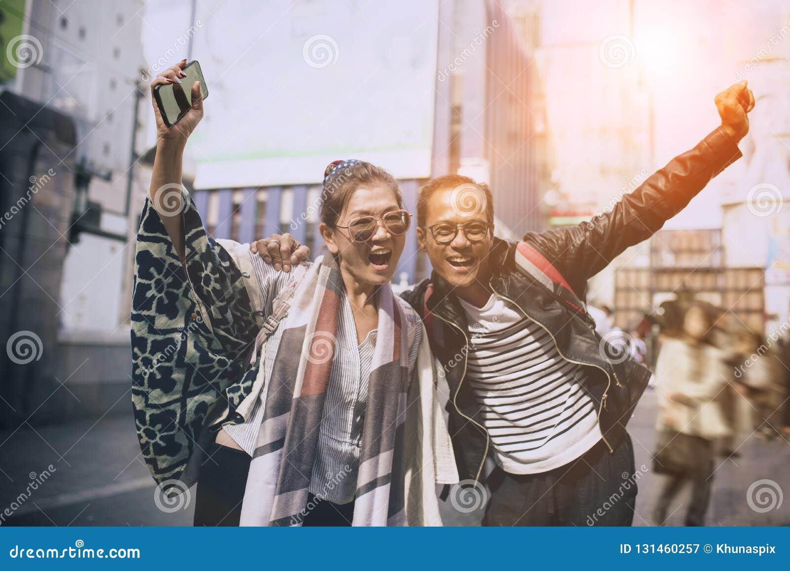 Par av asiatisk handelsresandelyckasinnesrörelse på dotonborien mest populär resande destination i osaka Japan