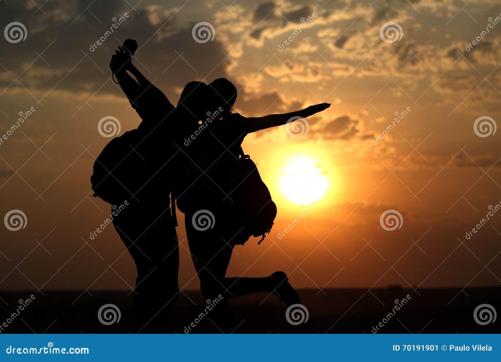 Par av bästa vän som tar selfie under solnedgång