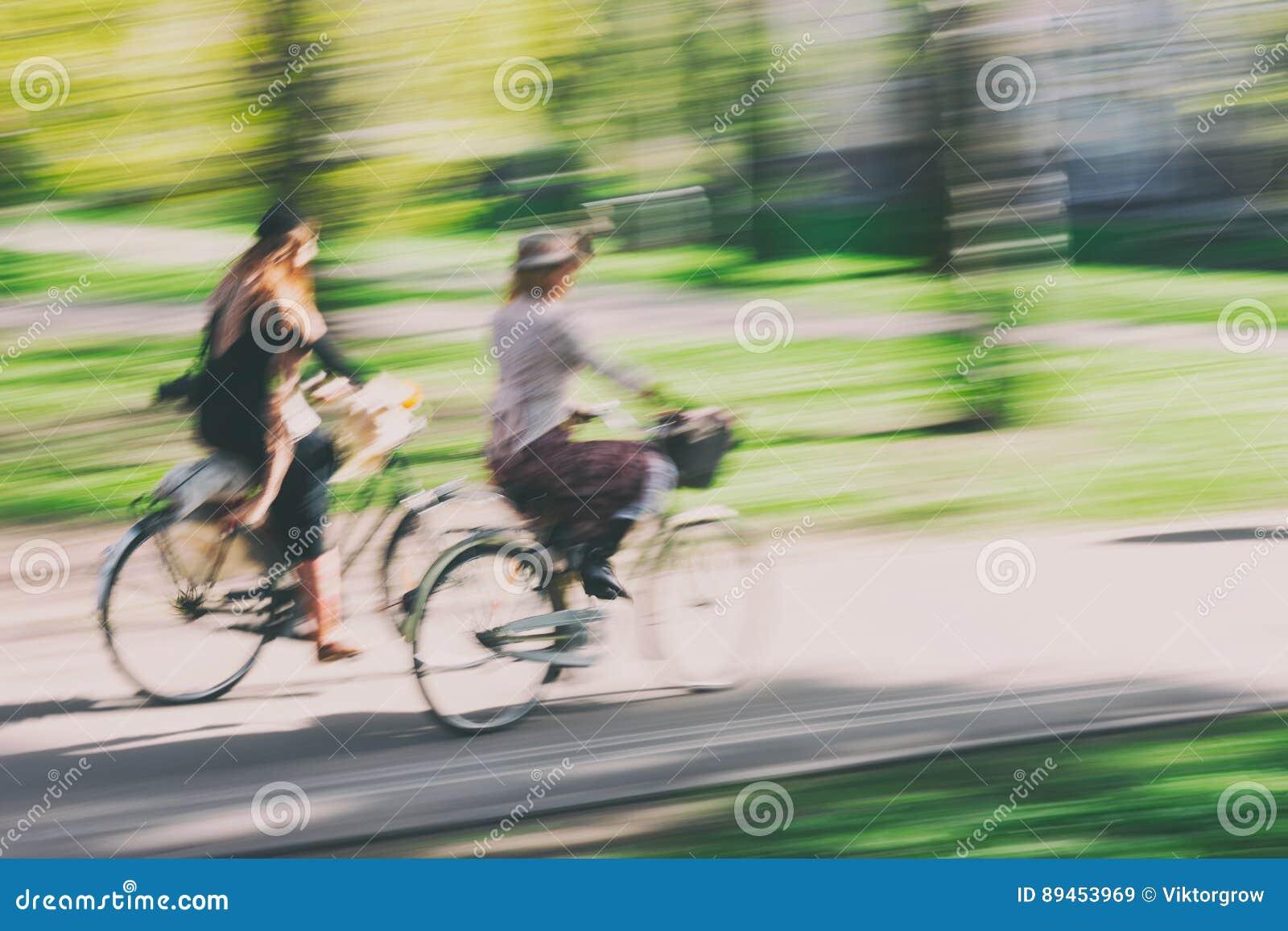 Par av cyklister i retro stil